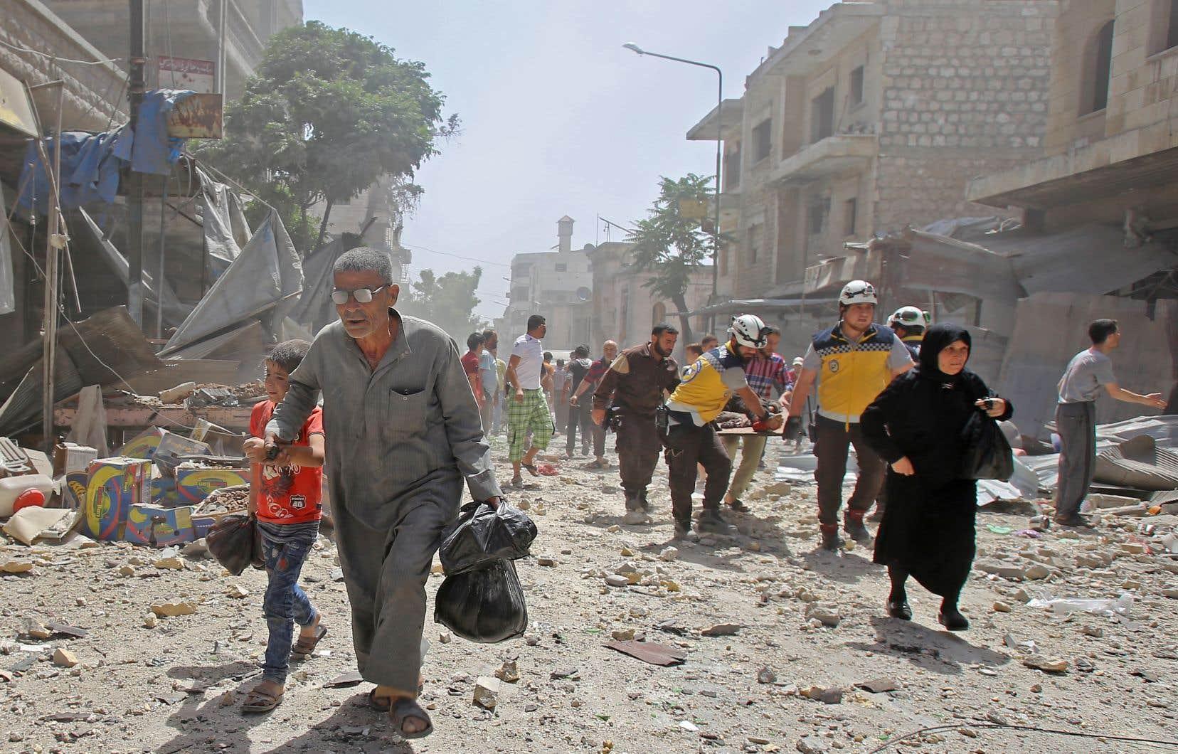 Au milieu des destructions, des Syriens ont fui les bombardements du régime contre Maaret al-Noomane alors que des secouristes transportent des blessés ou évacuent survivants ou victimes des décombres.