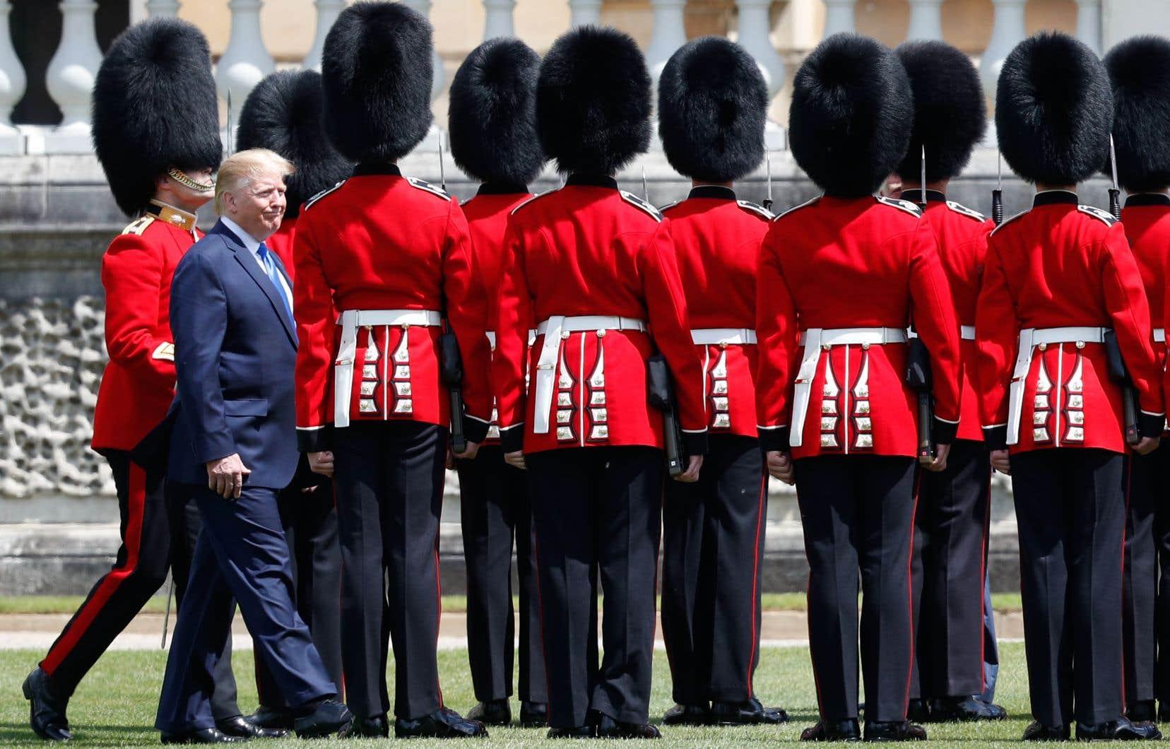 Le président américain, Donald Trump, inspecte la garde d'honneur lors d'une cérémonie de bienvenue au palais de Buckingham, dans le centre de Londres.