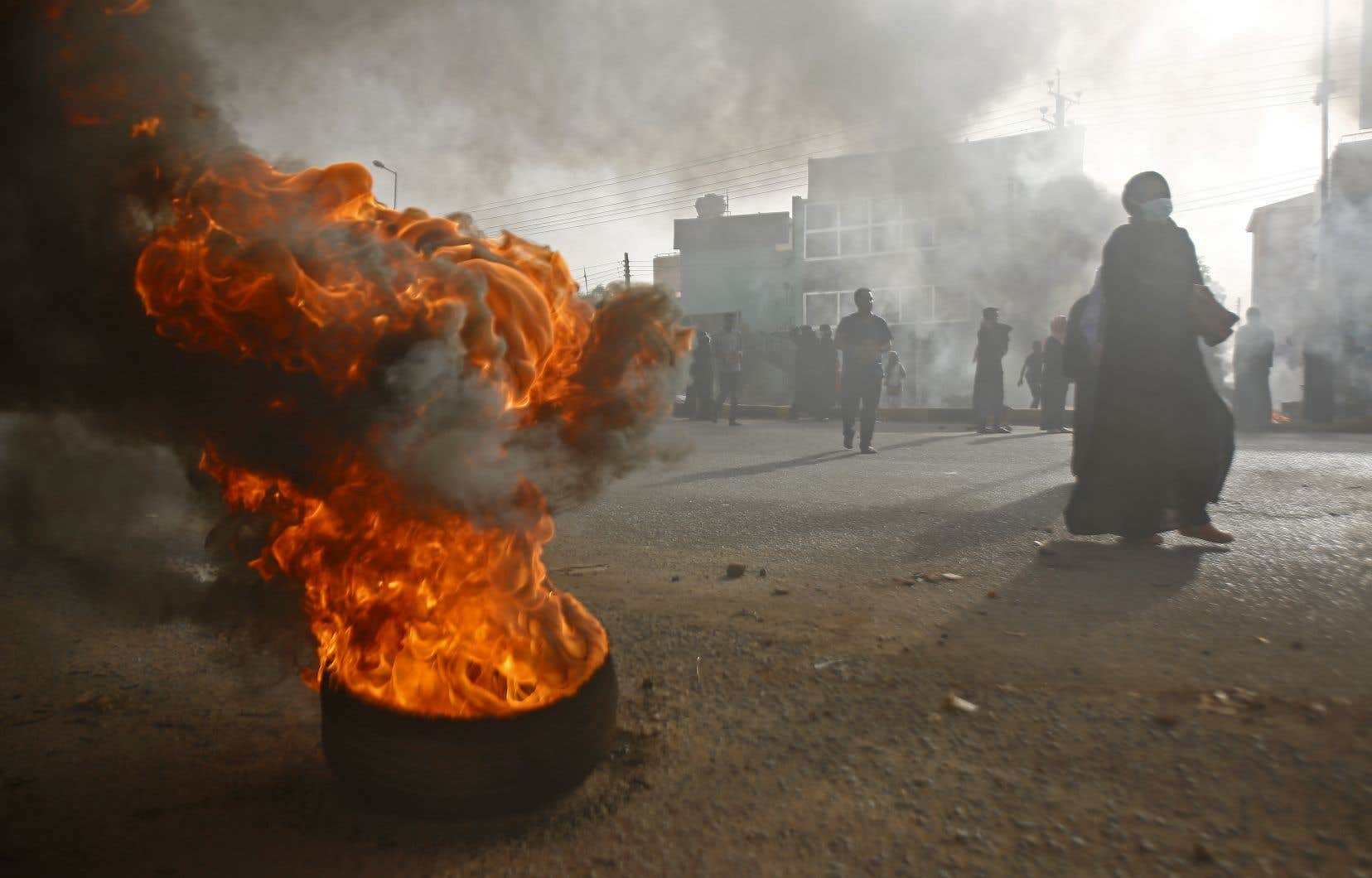 Lundi, des manifestants ont fait brûler des pneus pour barricader une rue de Khartoum, pendant que l'armée évacuait le «sit-in» installé devant son siège depuis le 6avril.