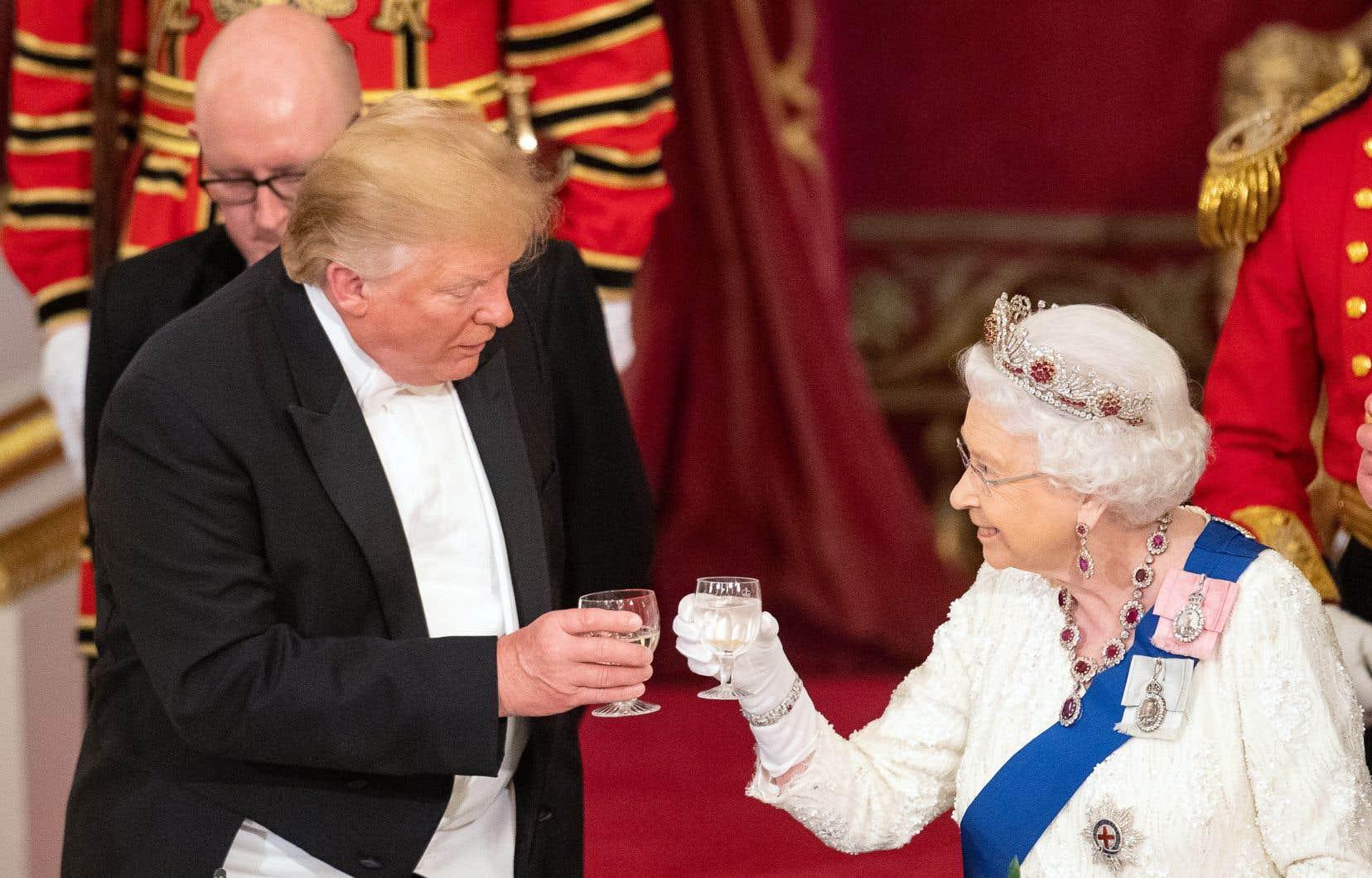 Le président américain, Donald Trump, et Élisabeth II trinquant lors du banquet que la reine a donné lundi soir