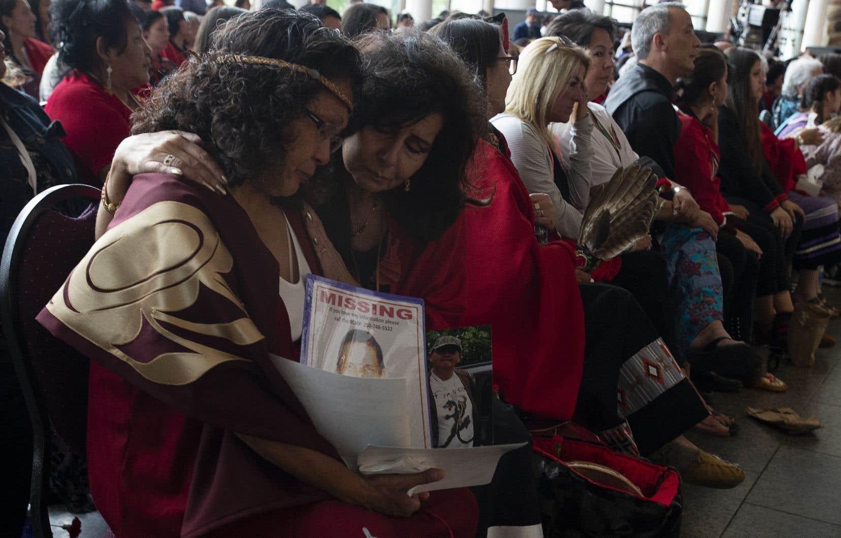 Les femmes autochtones du pays et leurs familles ont regardé attentivement le dévoilement du rapport de la commission d'enquête lors d'une cérémonie à Gatineau, lundi.