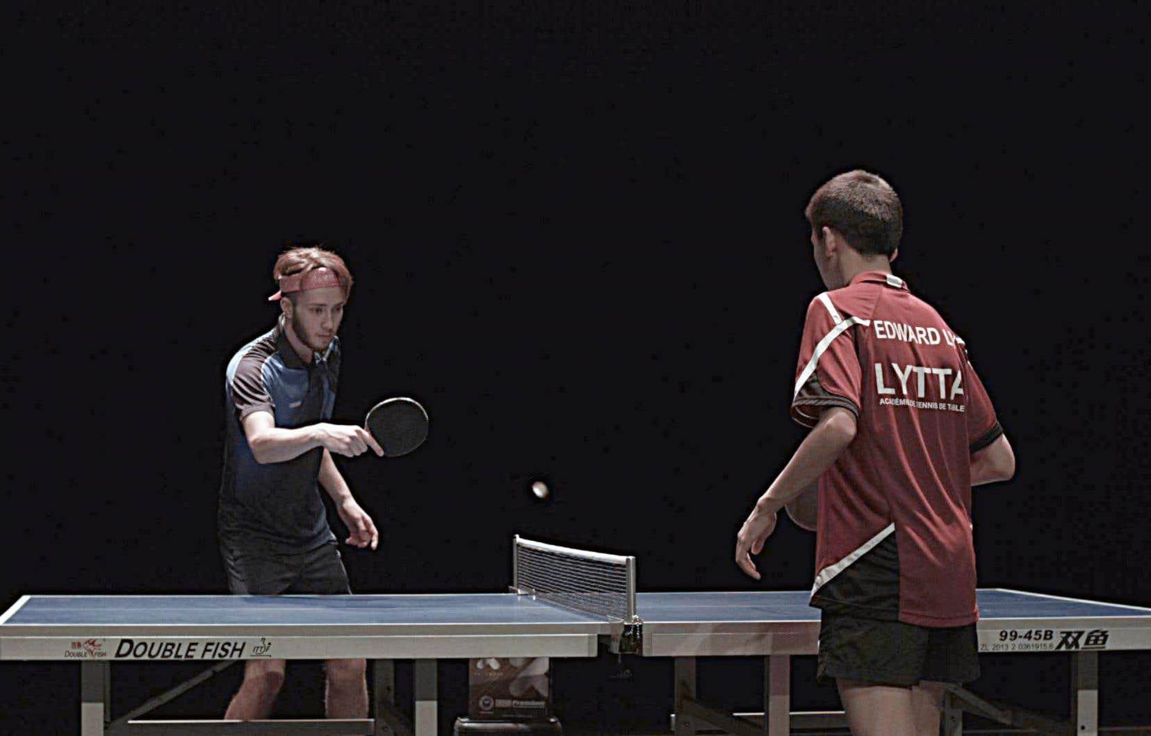 Les joueurs Antoine Bernadet et Edward Ly modulent leurs intensités, intentions et distances, et sous nos yeux prend place un vrai jeu, qui gagne davantage à persister et à varier qu'à trouver son champion.