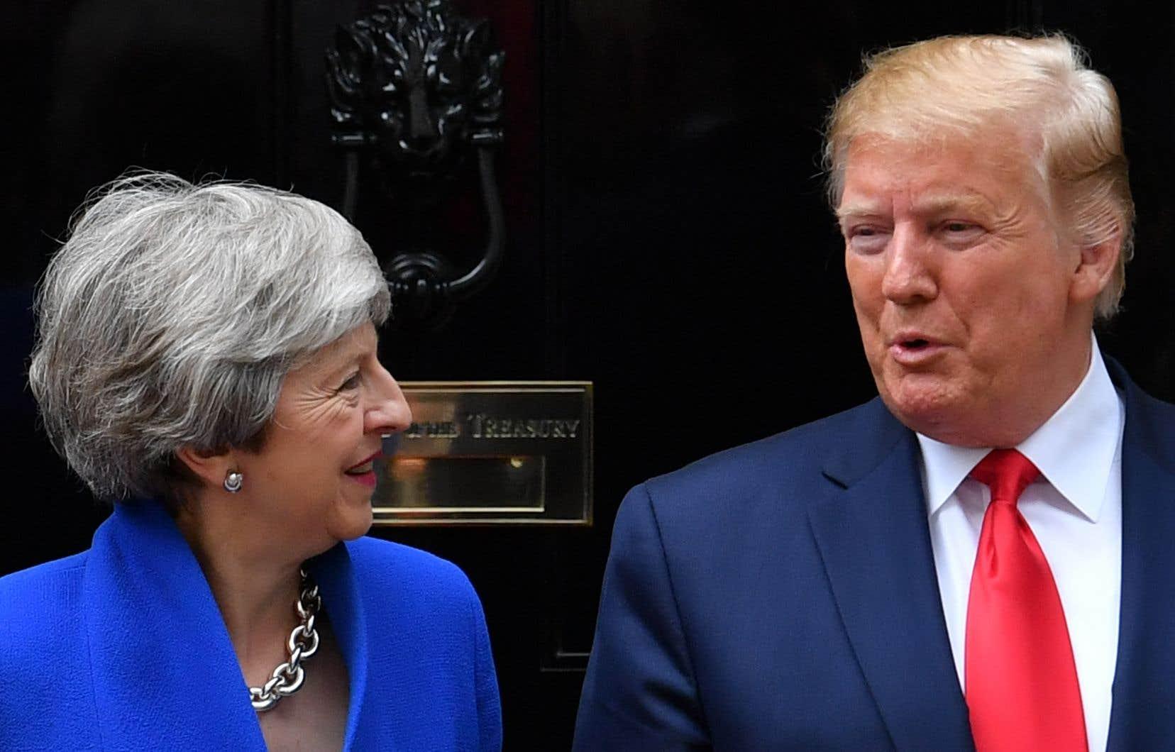 Donald Trump rejoint Downing Street pour des discussions avec Theresa May, dont il a fustigé la gestion du Brexit.
