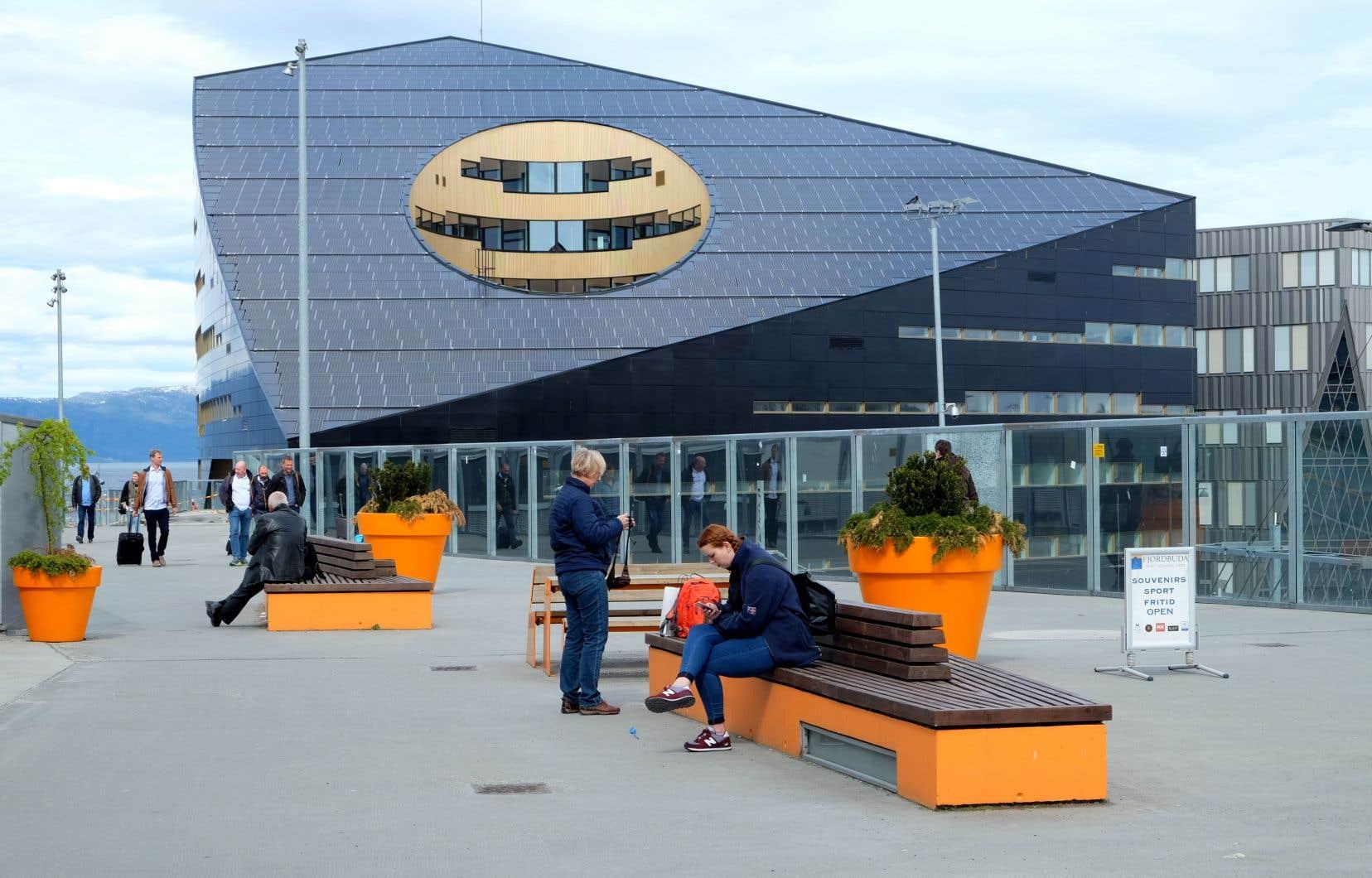 Le toit du bâtiment est couvert de panneaux solaires.