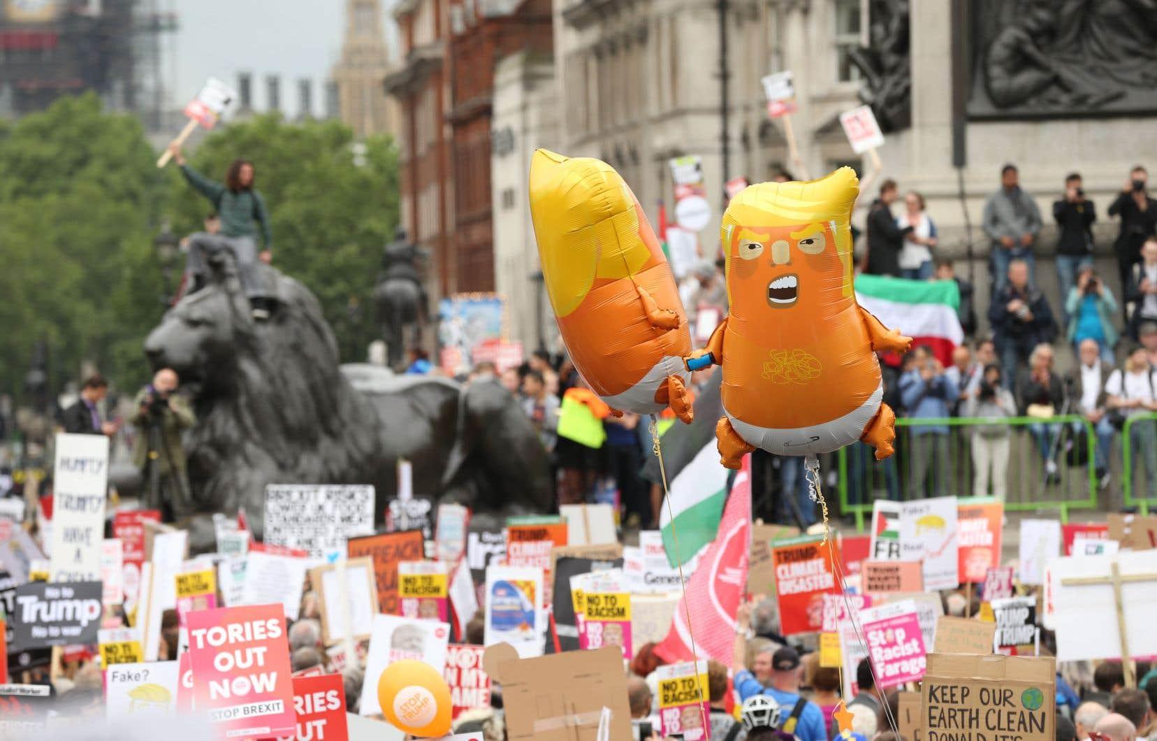 Des manifestants anti-Trump se sont rassemblés à Trafalgar Square, au centre de Londres, mardi.