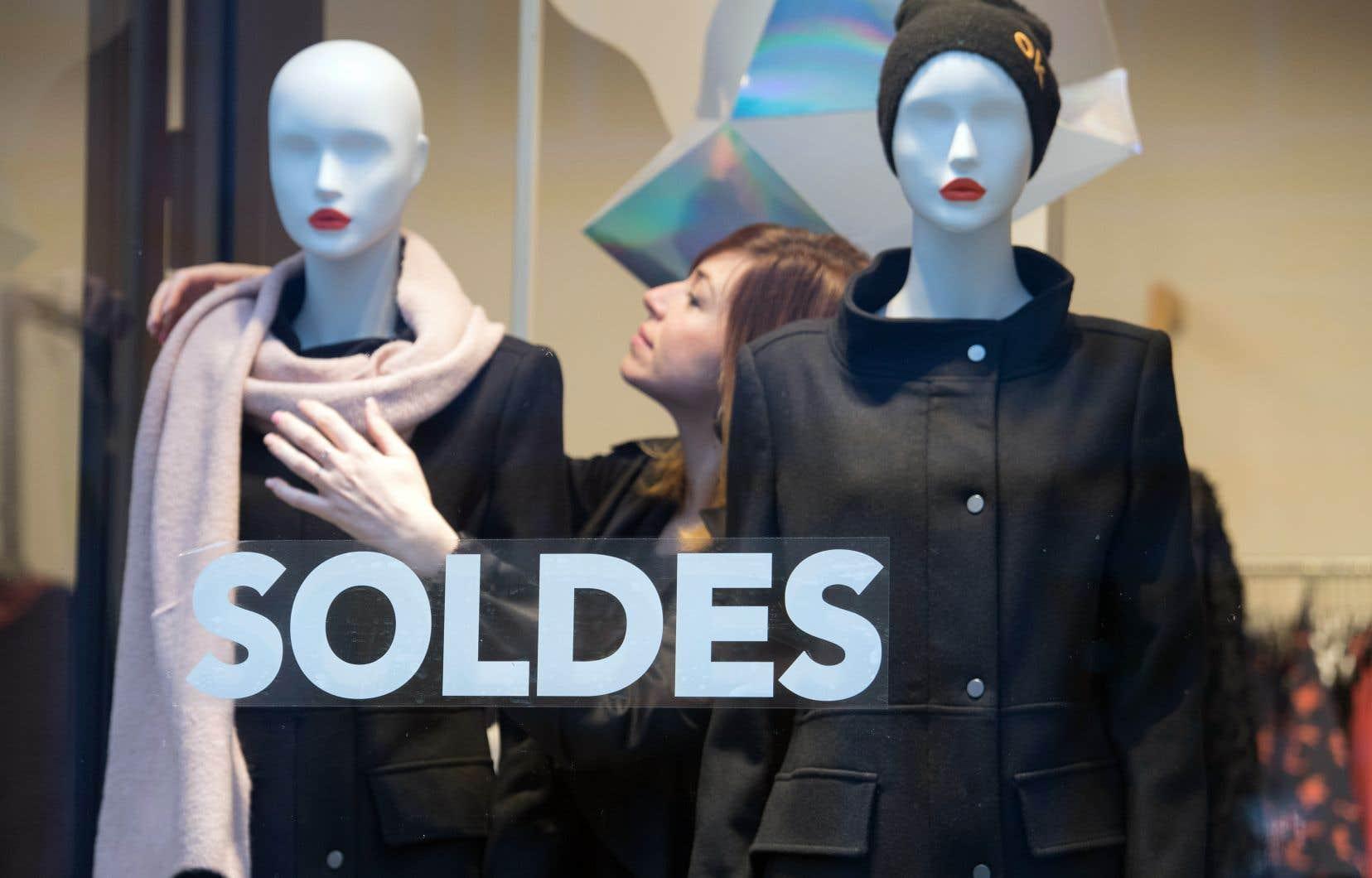 Une vitrine de boutique de vêtements à Brest. Les marques de luxe, notamment, voient dans la destruction des invendus une façon de protéger leur propriété intellectuelle.