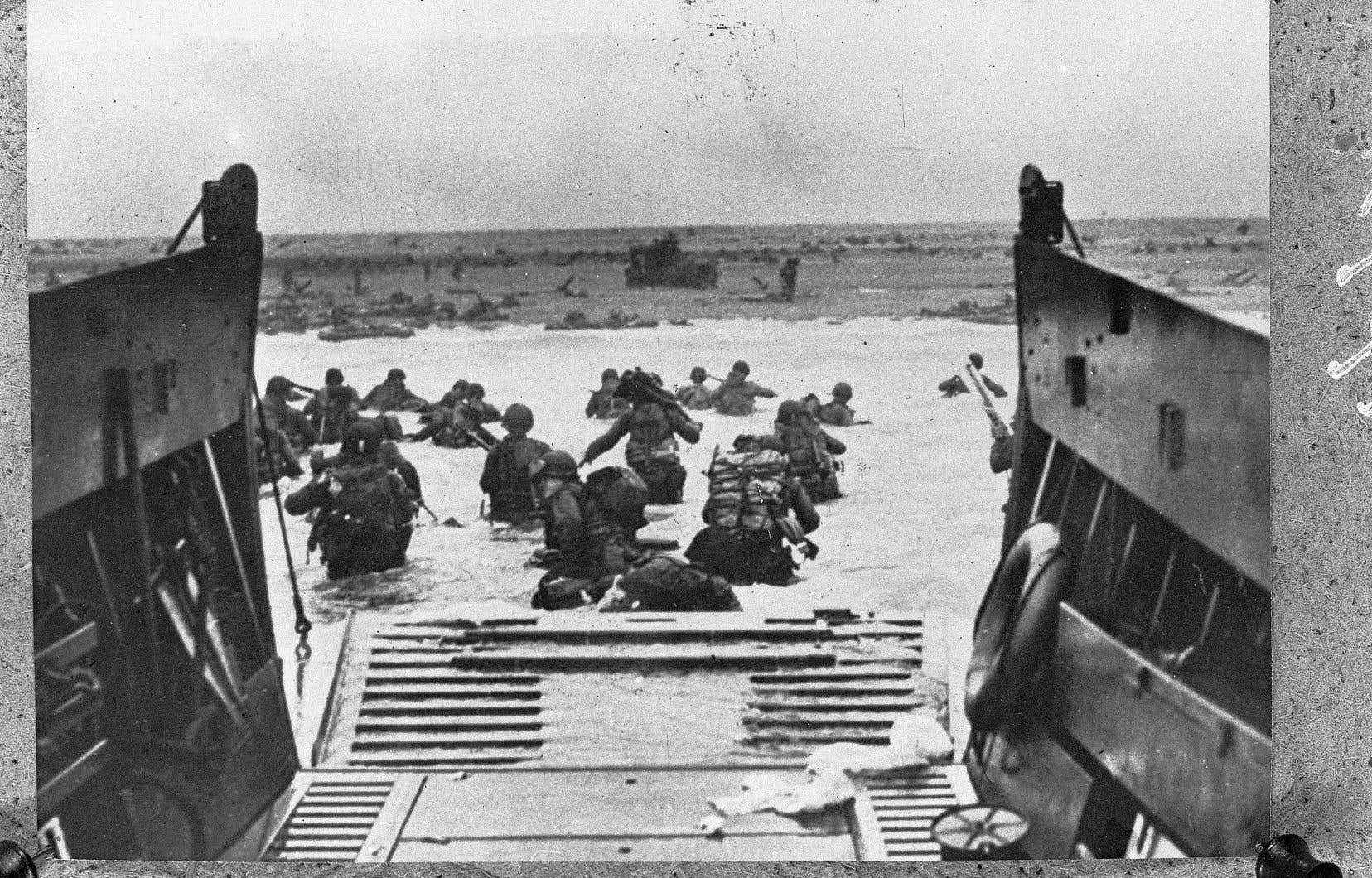 Des soldats américains se lançant tant bien que mal à l'assaut d'Omaha Beach, surnommée «Bloody Omaha». Ce fut la plage la plus meurtrière du débarquement, avec plus de 1000 morts.