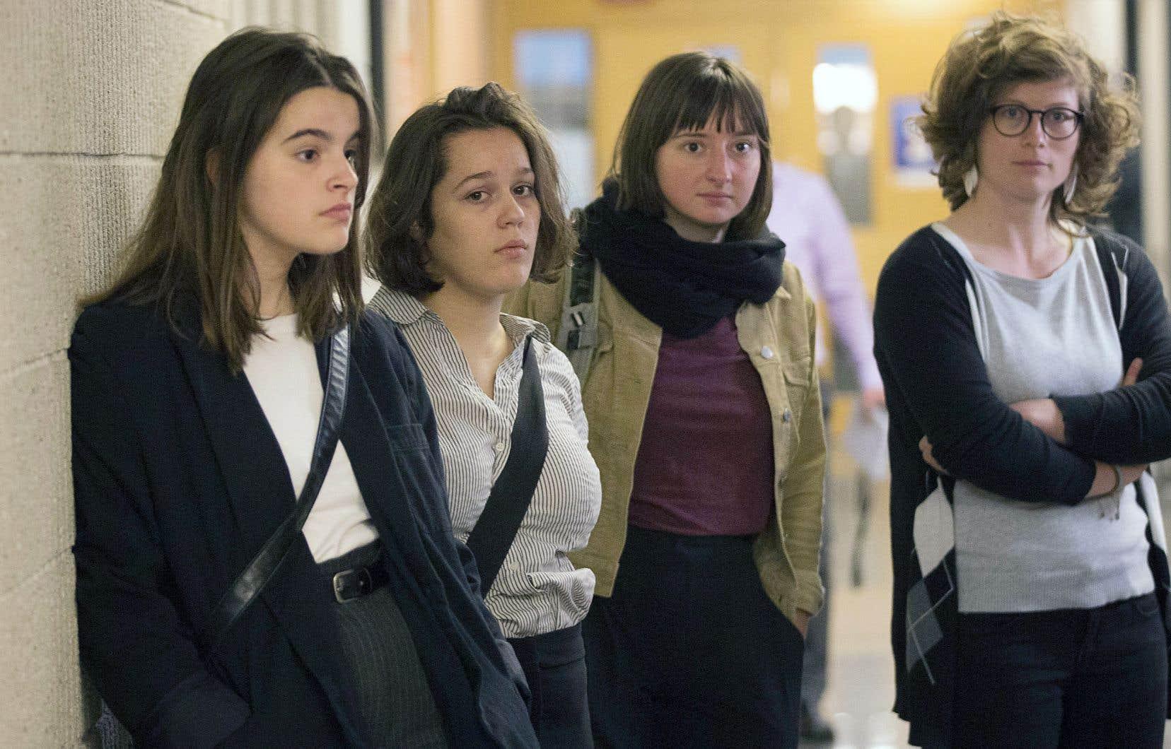 Des militants d'Environnement Jeunesse poursuivent Ottawa pour son inaction en matière environnementale.
