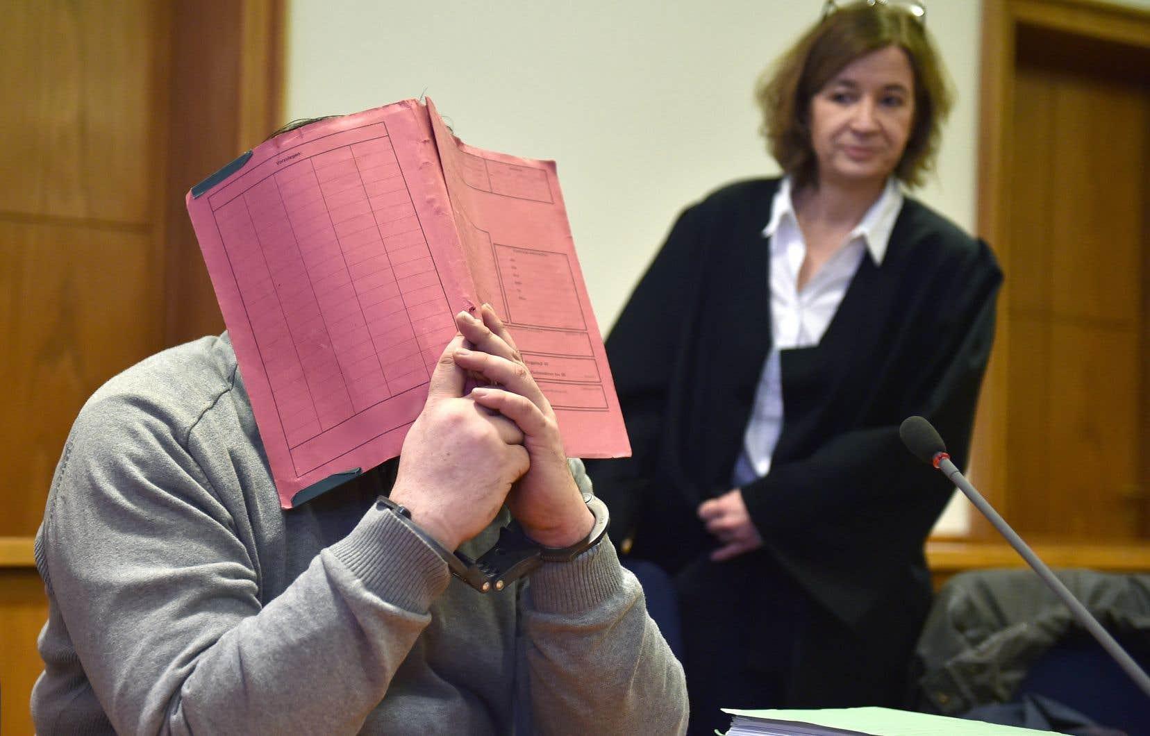 Niels Högel, 42 ans, cache son visage lors de son procès. «Vous avez tué pour vous sentir mieux», l'a accusé le juge.