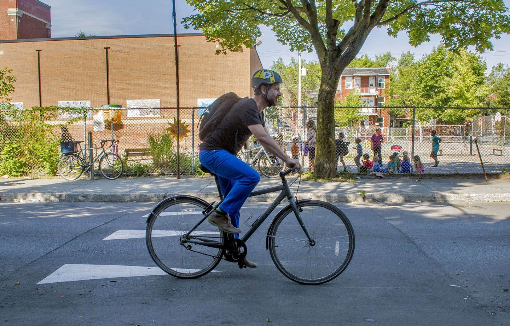 D'ici trois ans, Rosemont–La Petite-Patrie réaménagera les 90 kilomètres de voies cyclables existantes et ajoutera 65 kilomètres de pistes protégées, a annoncé le maire François Croteau jeudi.