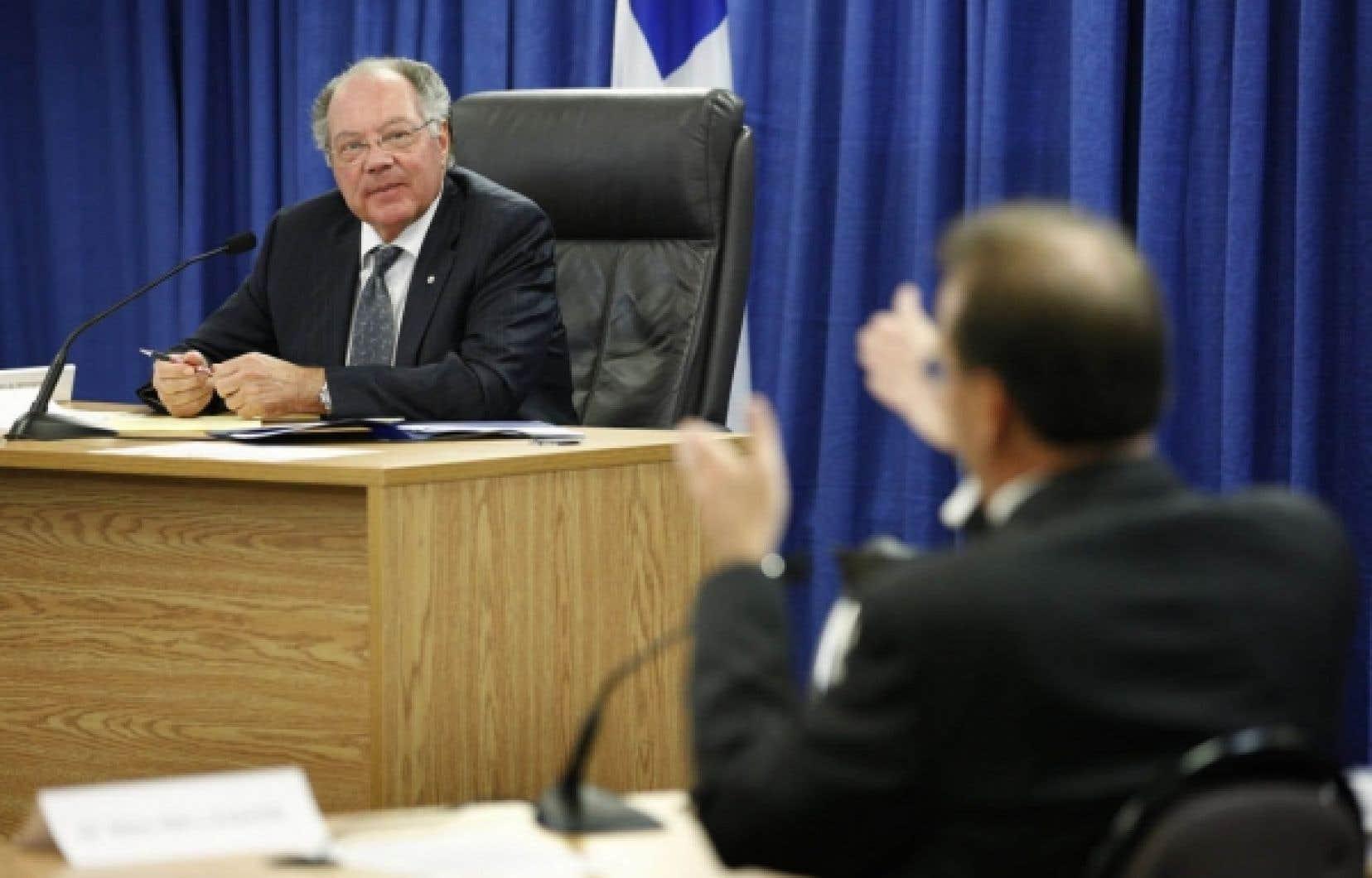 Michel Bastarache, président de la Commission d'enquête sur le processus de nomination des juges, écoute le témoignage de Marc Bellemare lors du début des audiences, hier, à Québec.<br />