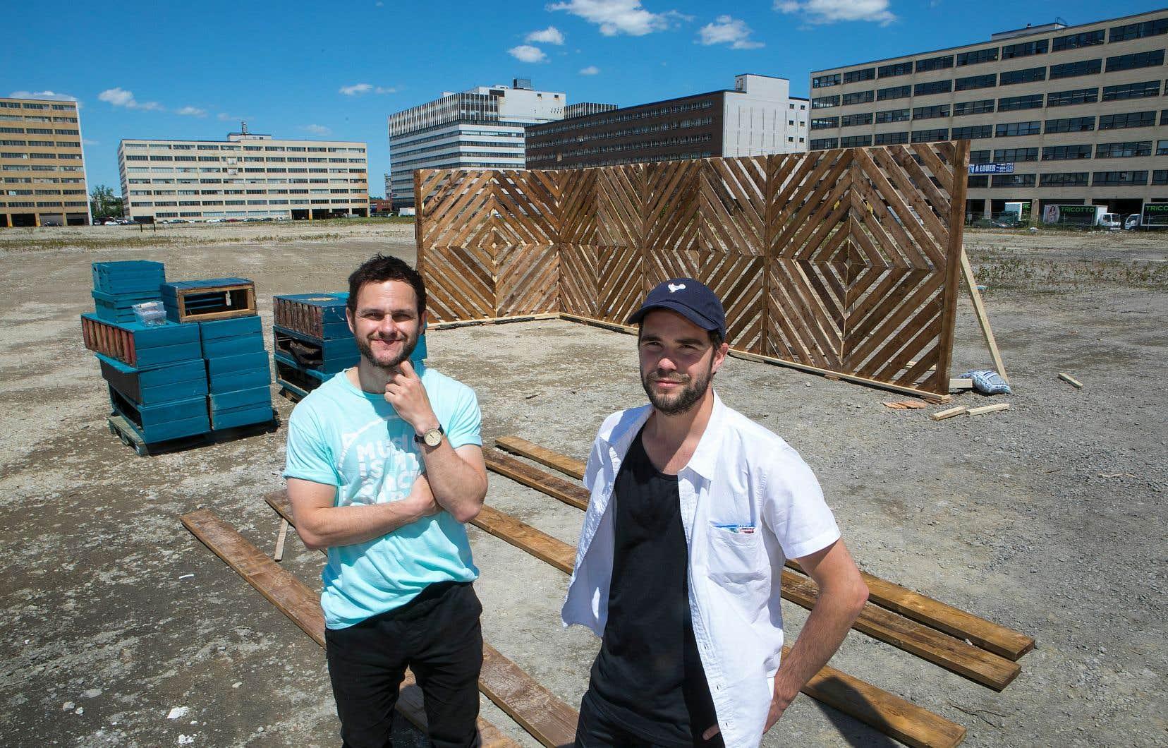Philippe Pelletier, cofondateur et directeur de la programmation de Green Haüs (à droite), et DJ Lexis, qui ajoutera à l'offre musicale du projet, se tiennent à l'endroit où l'espace public sera inauguré, le 13 juin prochain.