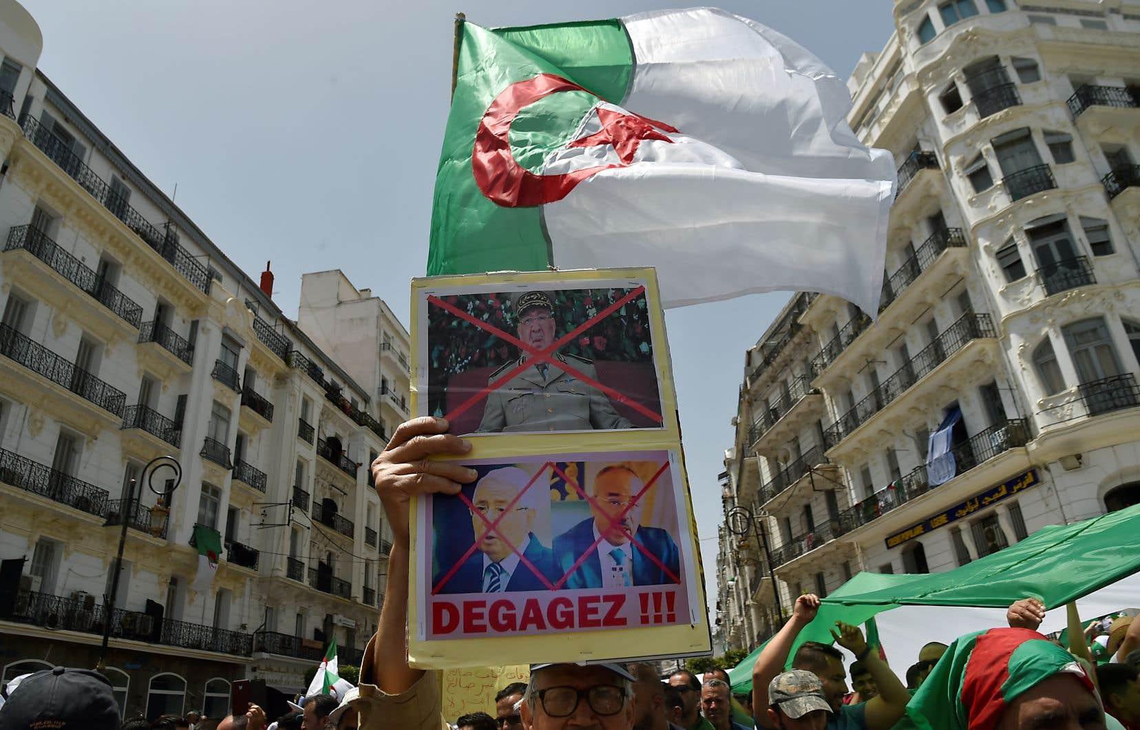 En fin de matinée, la police quadrillait totalement le centre d'Alger où plusieurs centaines de personnes sont déjà rassemblées, en chantant «Y en a marre de ce pouvoir».