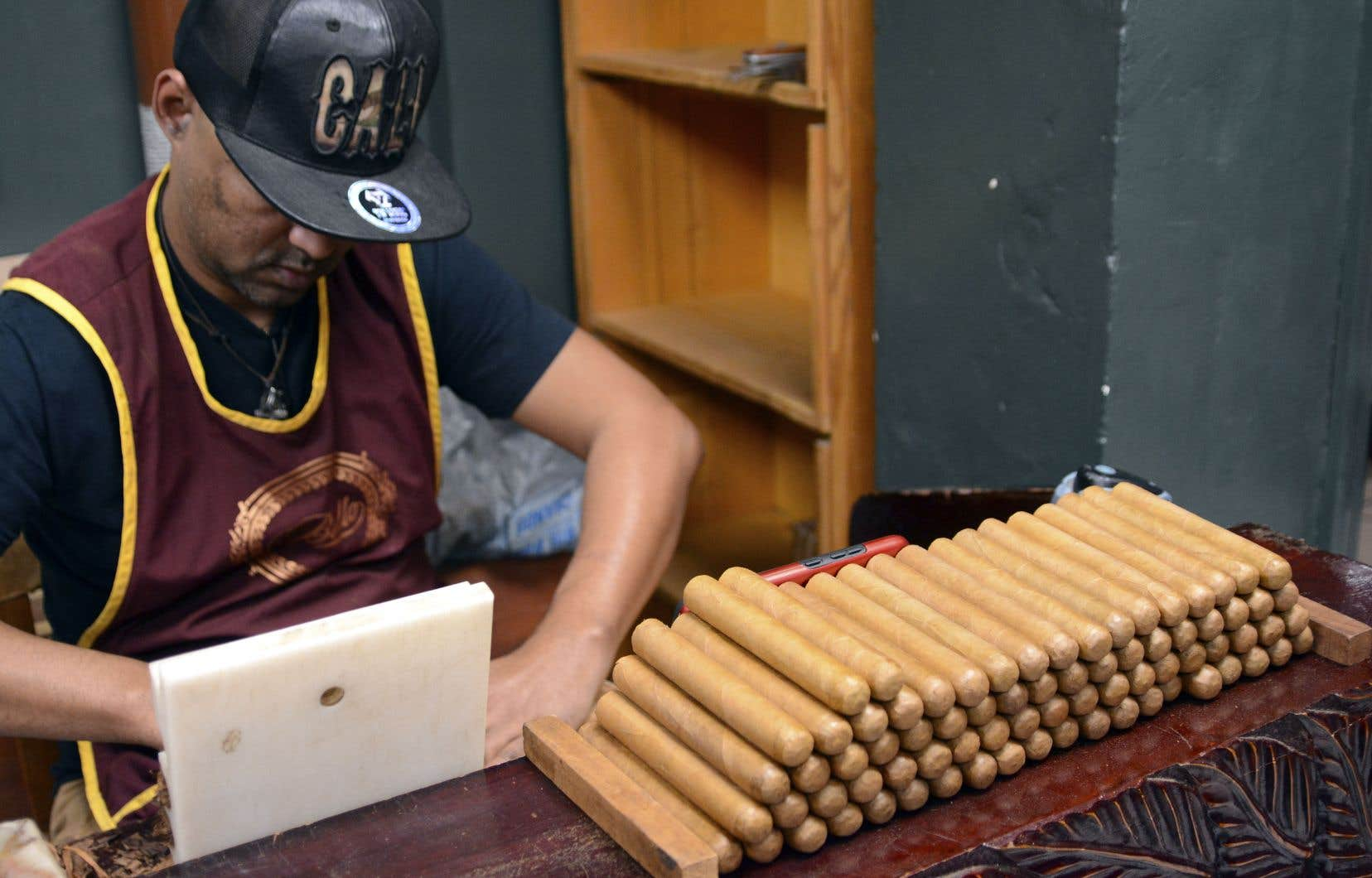 Confection de cigares par des mains expertes dans la Calle Ocho de Miami.