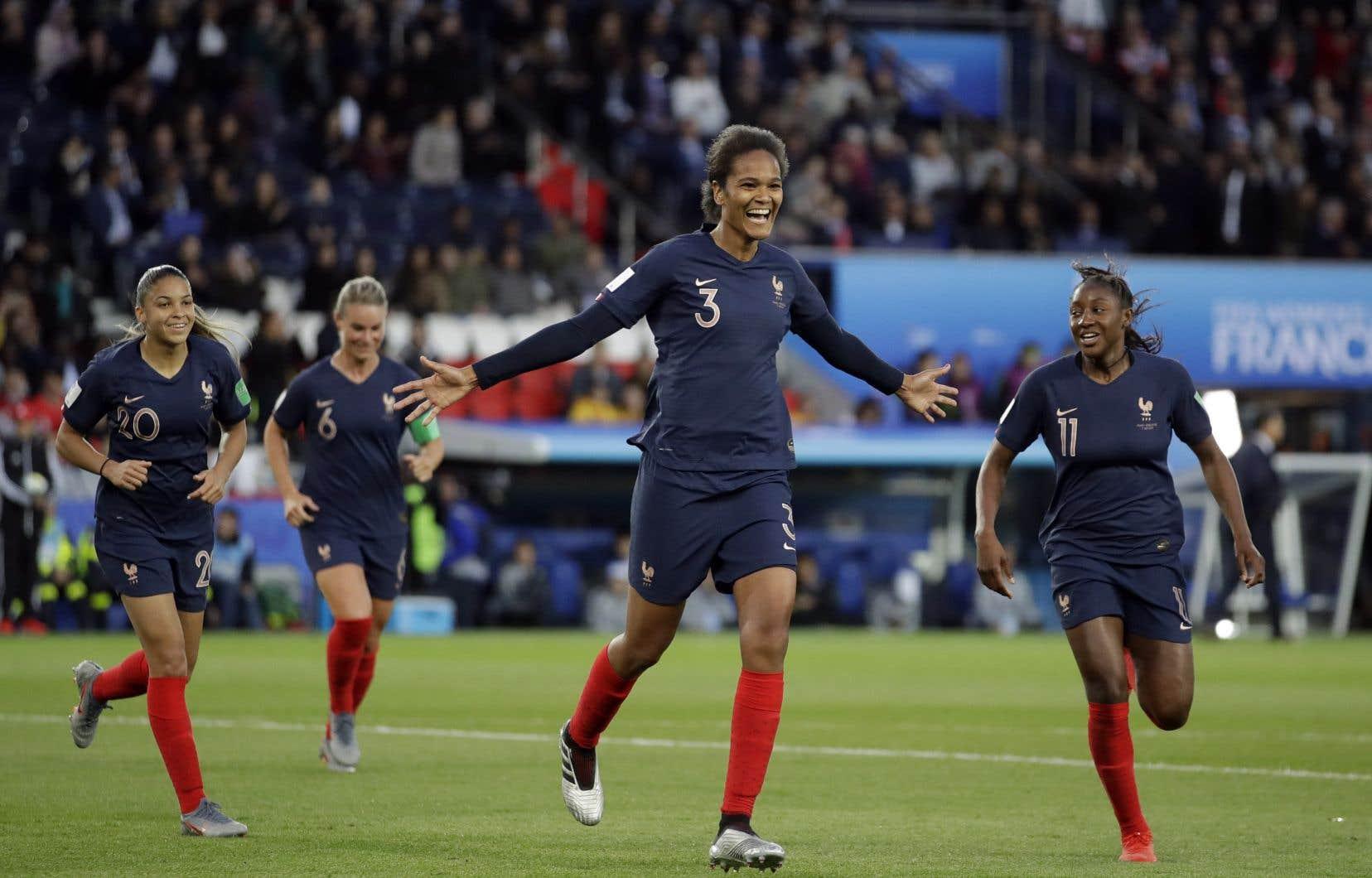Wendie Renard a marqué deux buts de la tête à la suite d'un coup de pied de coin et les Françaises ont blanchi la Corée du Sud 4-0, vendredi.