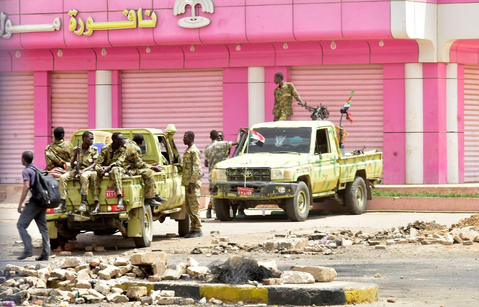 Des soldats soudanais montent la garde les rues de Khartoum.