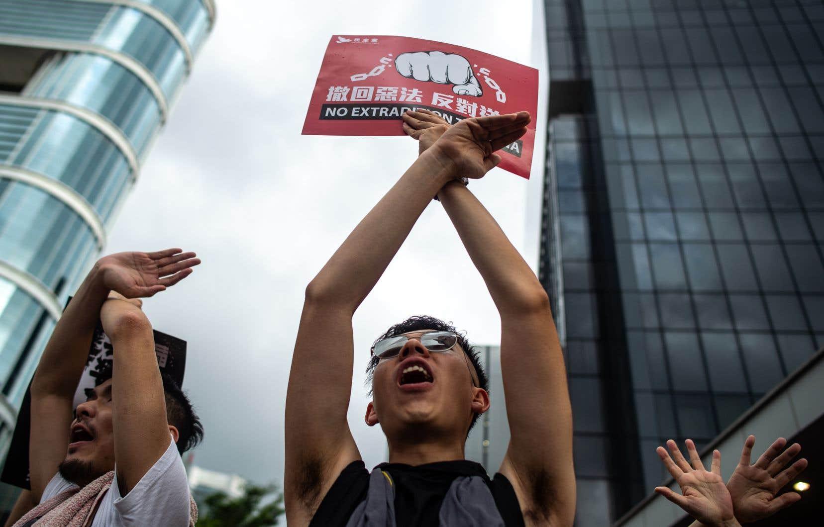 Le cortège impressionnant de manifestants arborait des pancartes rouges sur lesquelles on pouvait lire «Non à l'extradition».
