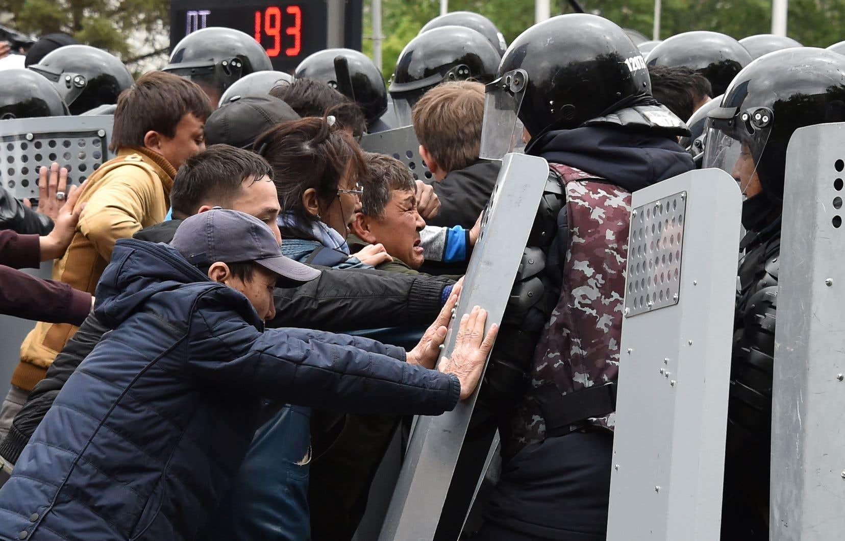 «Honte! Honte! Honte!» ou encore «La police de notre côté!», criaient certains manifestants à Almaty avant que les forces de l'ordre ne dispersent le rassemblement.