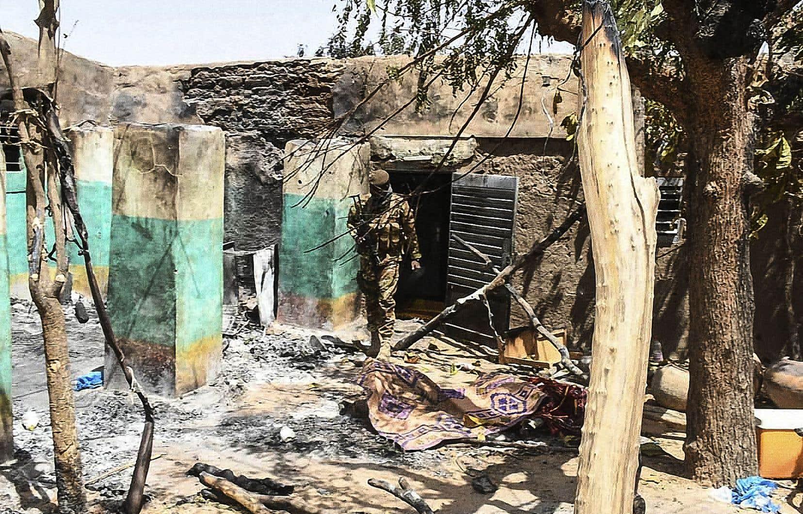 Un soldat malien dans les décombres d'une maison d'Ogossagou, village victime d'une attaque dogon en mars dernier