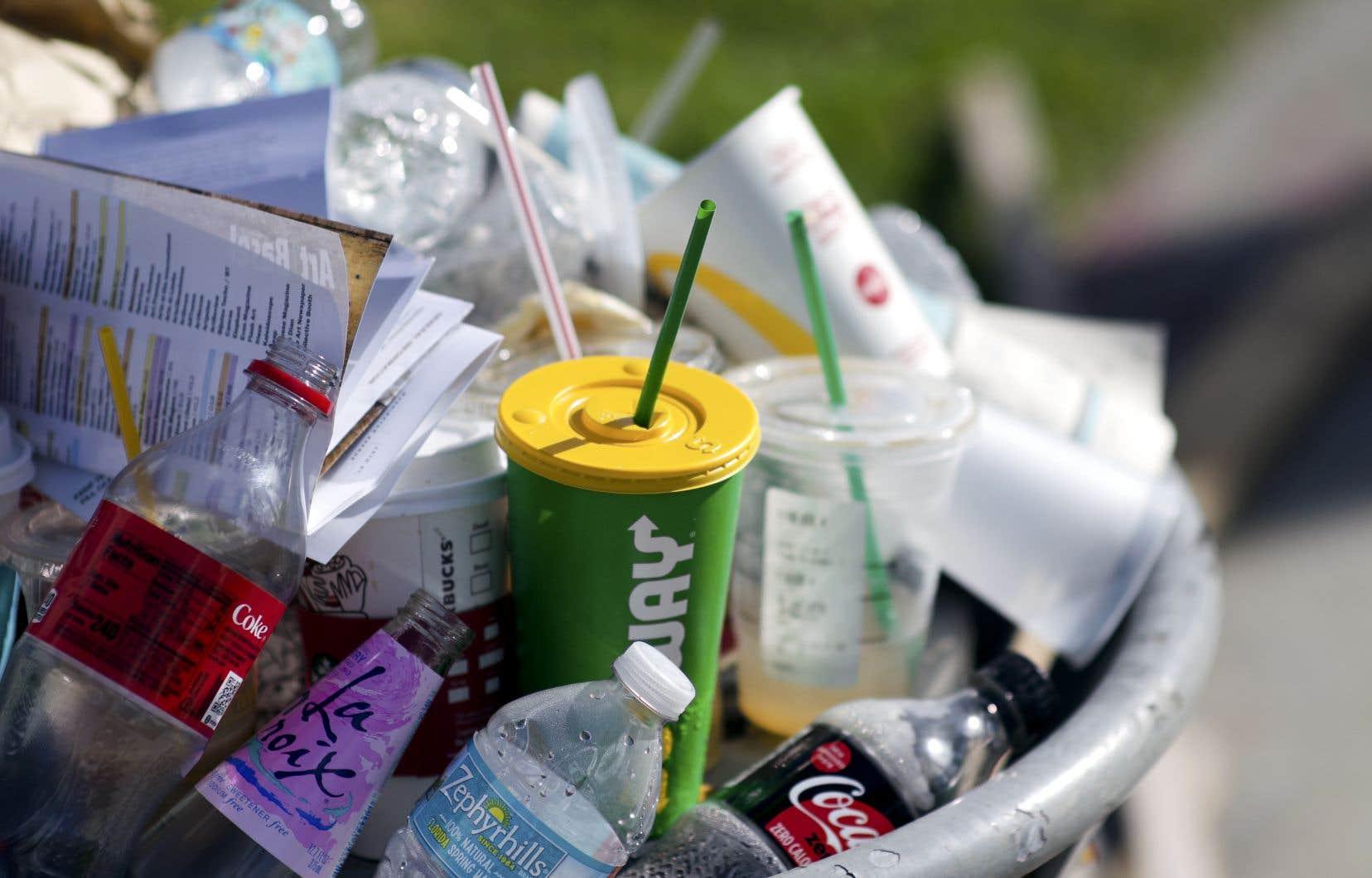 L'UE a déjà annoncé en 2018 son intention de bannir de son territoire, d'ici 2021, les plastiques jetables que sont les gobelets, couvercles, assiettes, ustensiles, bâtonnets mélangeurs, pailles et autres objets, sitôt utilisés, sitôt jetés.