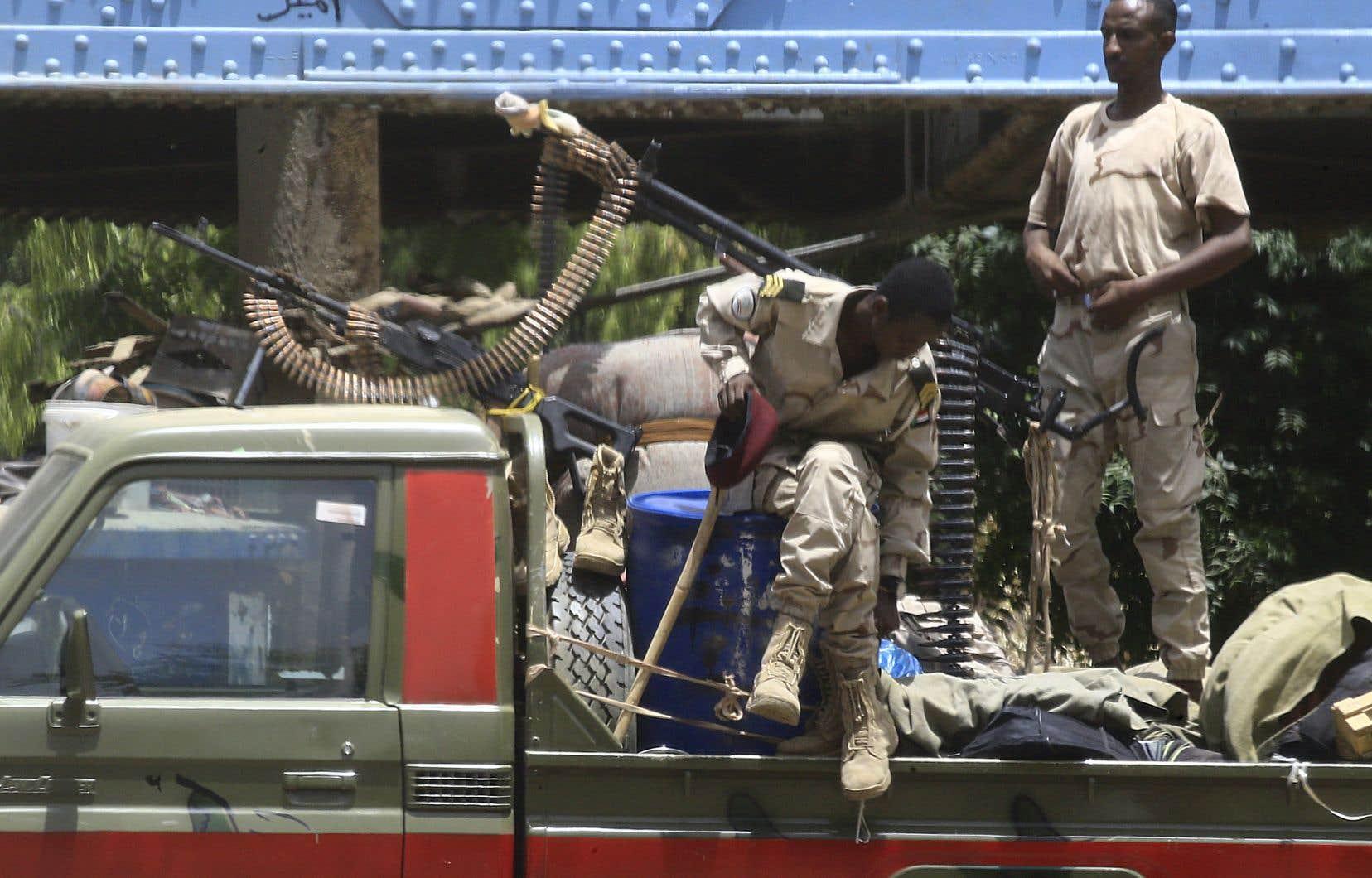 Des forces paramilitaires soudanaises patrouillent les rues de Karthoum, le 10 juin 2019.
