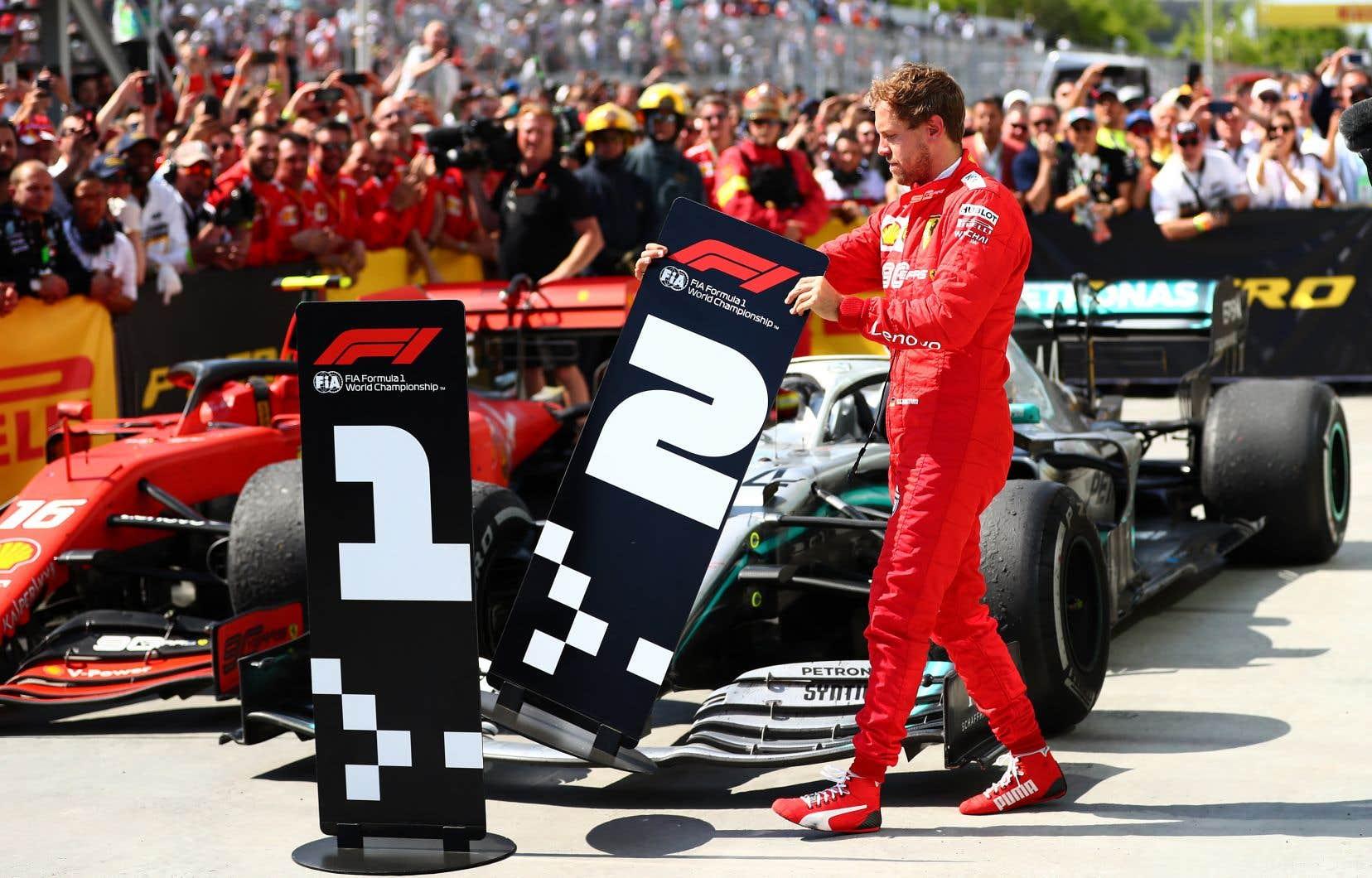 Frustré à l'issue de la course, Vettel a interverti les panneaux de première et deuxième place.