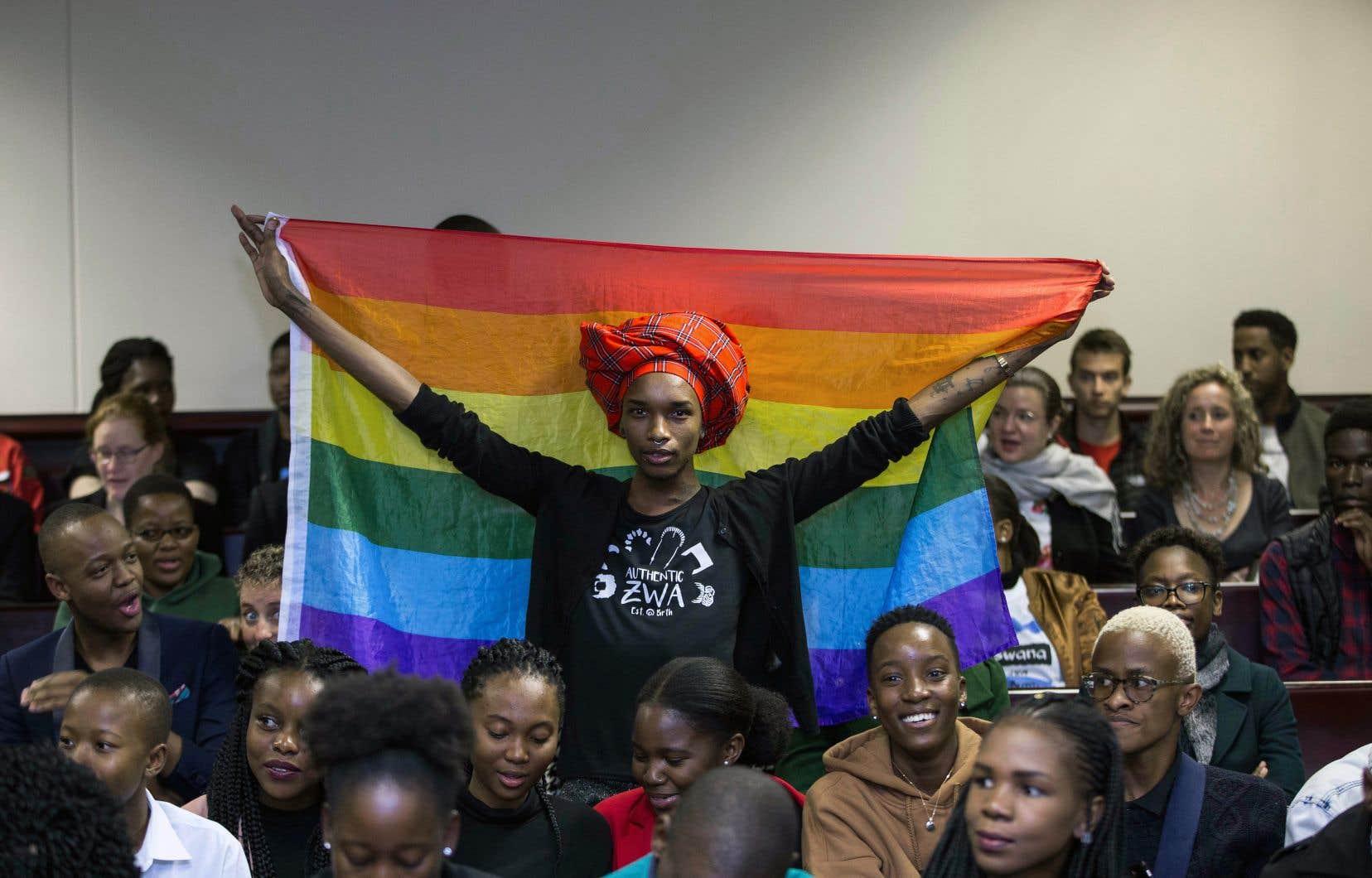 Des manifestants LGBTQ ont salué la décision des juges de la Haute Cour de Gaborone en brandissant le drapeau arc-en-ciel, notamment.