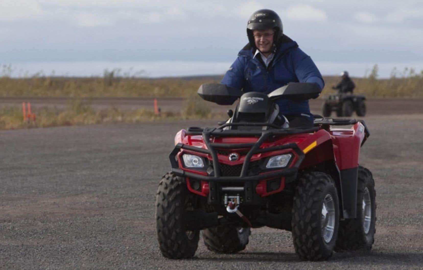 En tournée dans l'Arctique, le premier ministre canadien Stephen Harper enfourchait hier un véhicule tout-terrain pour se lancer à l'assaut du paysage nordique...