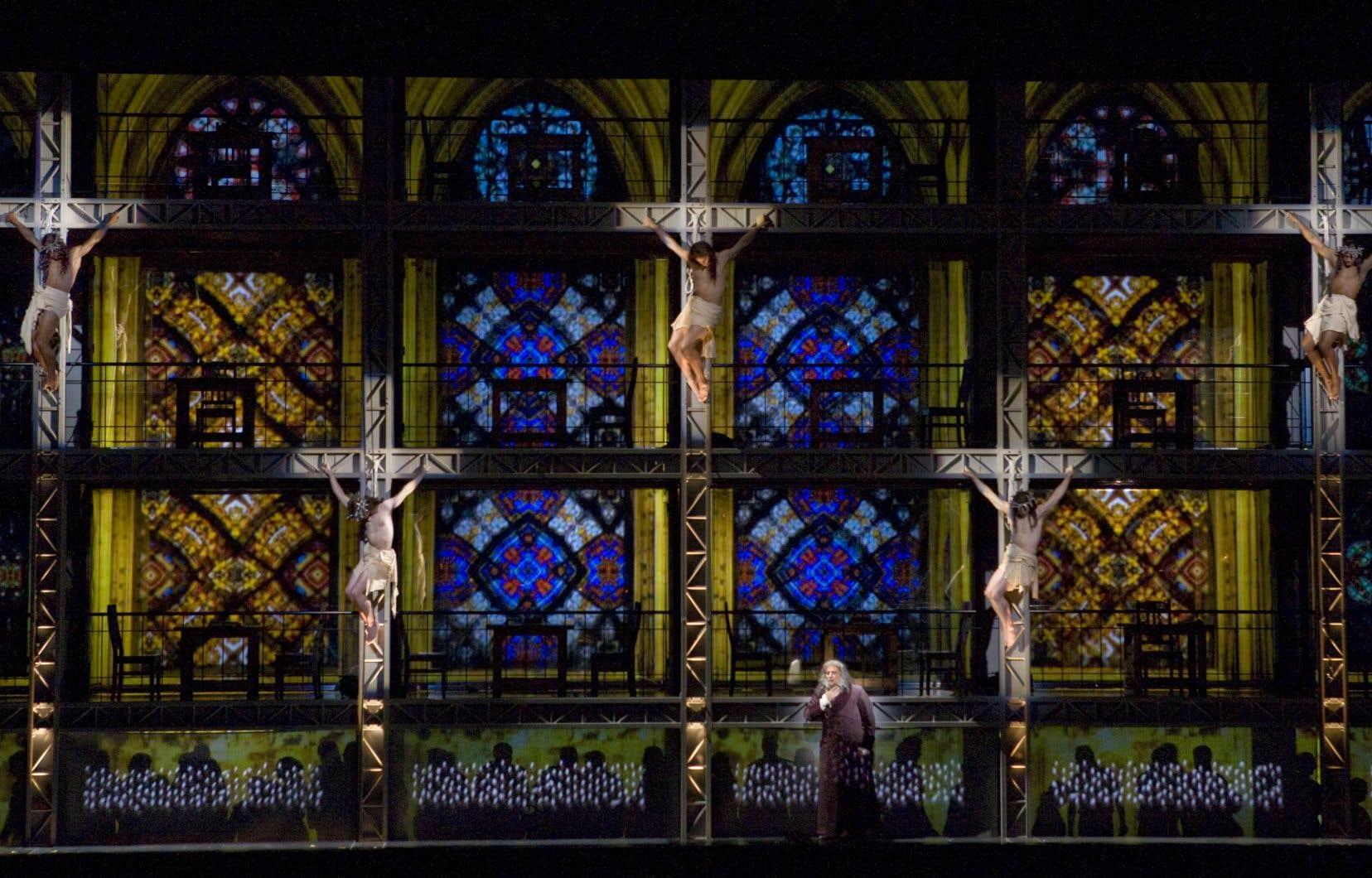 La très spectaculaire «Damnation de Faust», présentée en 2008 à New York, après avoir conquis le Japon et Paris, repose sur de nombreux effets de projections et comprend des éléments de vidéo interactive.