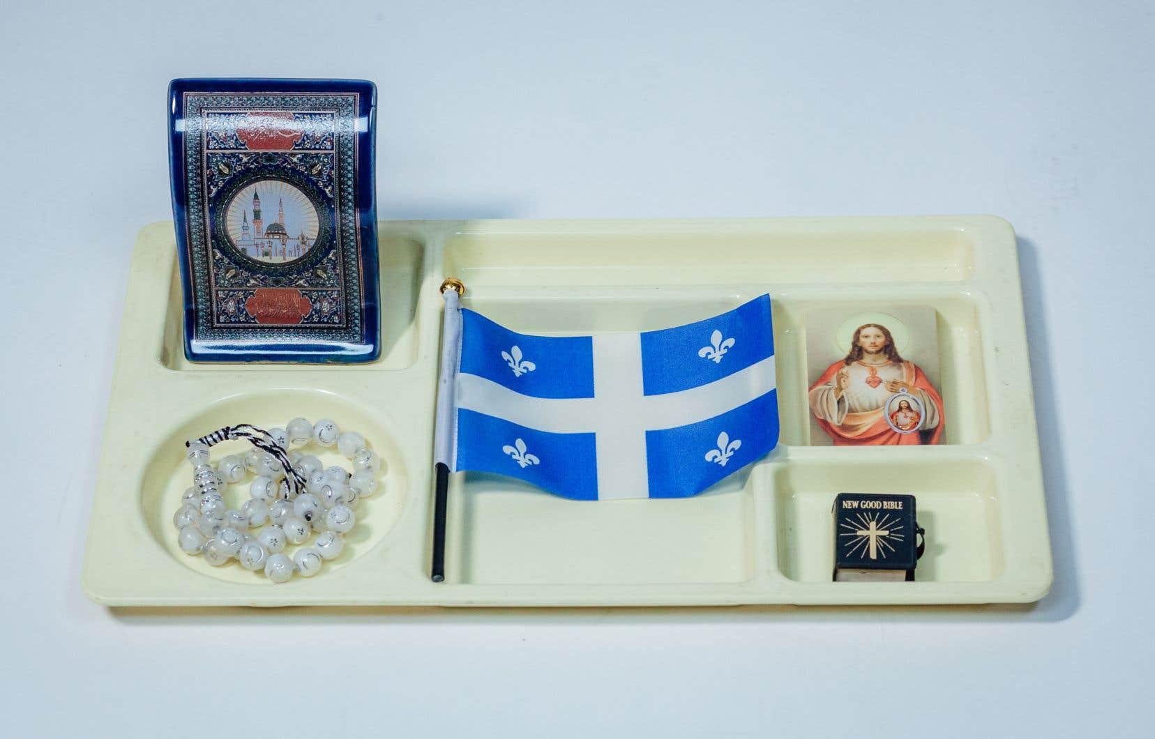 Aux yeux du gouvernement, «tout objet, notamment un vêtement, un symbole, un bijou, une parure, un accessoire ou un couvre-chef» sera considéré comme étant un «signe religieux», s'il est porté «en lien avec une conviction ou une croyance religieuse».
