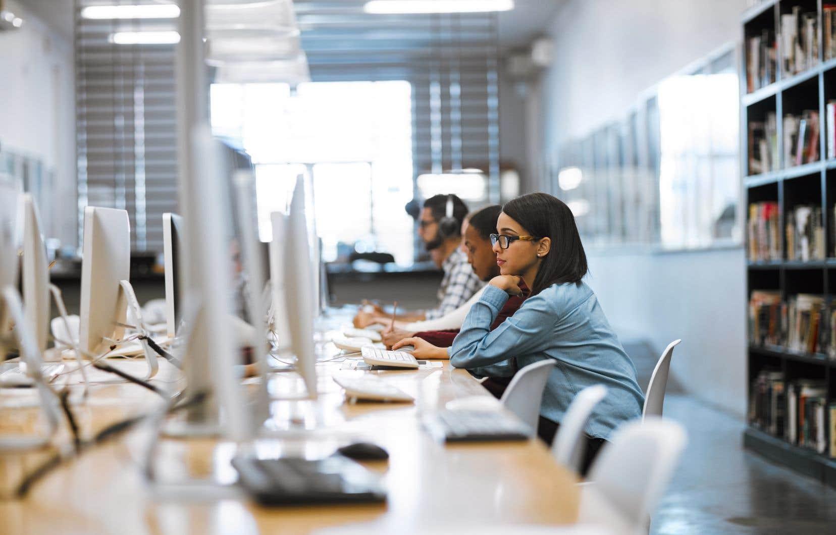 Le Collège de Bois-de-Boulogne propose une formation pour les adultes qui souhaitent devenir concepteurs ou programmeurs d'objets intelligents ou développeurs d'application pour le traitement des mégadonnées issues des objets intelligents.