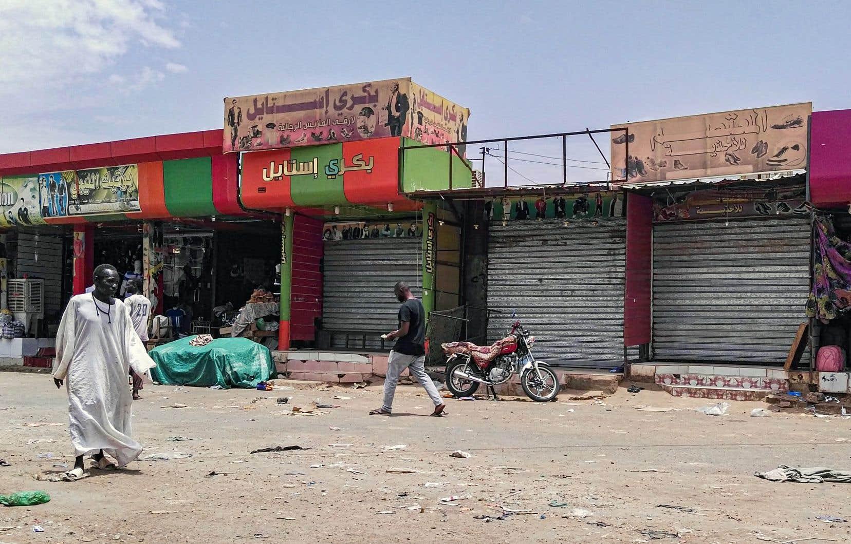 Malgré la réouverture de certains magasins, beaucoup de résidents de Khartoum ont préféré rester chez eux en raison du déploiement massif de forces de sécurité, lourdement armées.