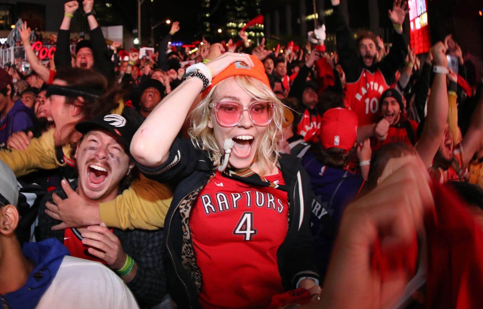 Les fameux partisans de Jurassic Park qui se réunissent à l'extérieur de l'aréna où jouent les Raptors, soir après soir, symbolisent l'esprit d'abnégation pour leur équipe.