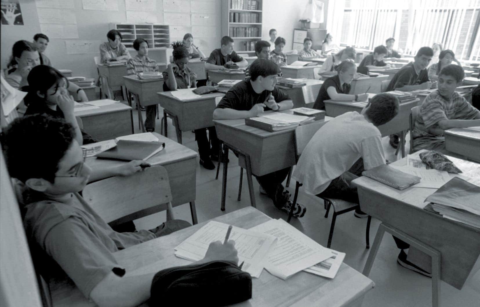 Les écoles publiques du Québec sont devenues laïques tout en demeurant officiellement confessionnelles jusqu'en 1998, rappelle l'auteur.