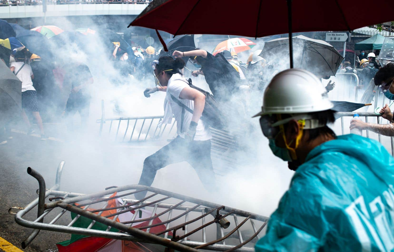 Mercredi, les policiers ont lancé des gaz lacrymogènes et ont tiré des balles de caoutchouc sur la foule de manifestants.
