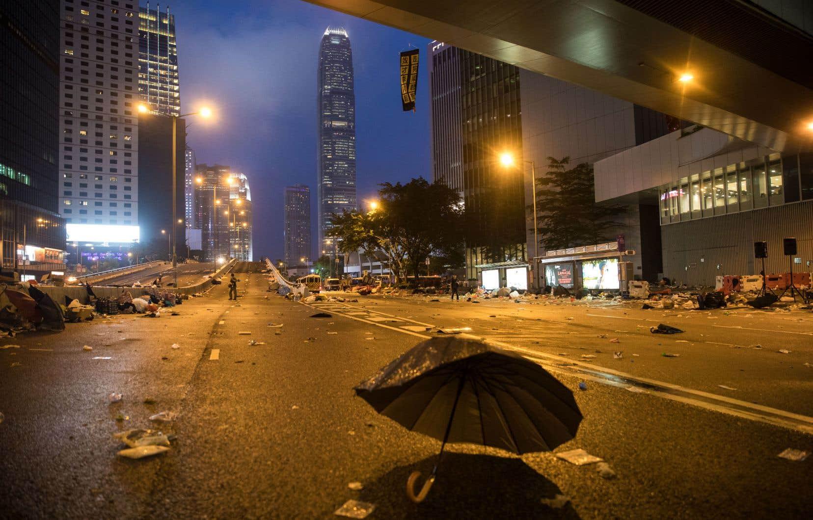 <p>Moins de 24heures après les faits, les rues à la propreté impeccable en temps normal témoignent des affrontements dans le cœur politique et financier de Hong Kong.</p>