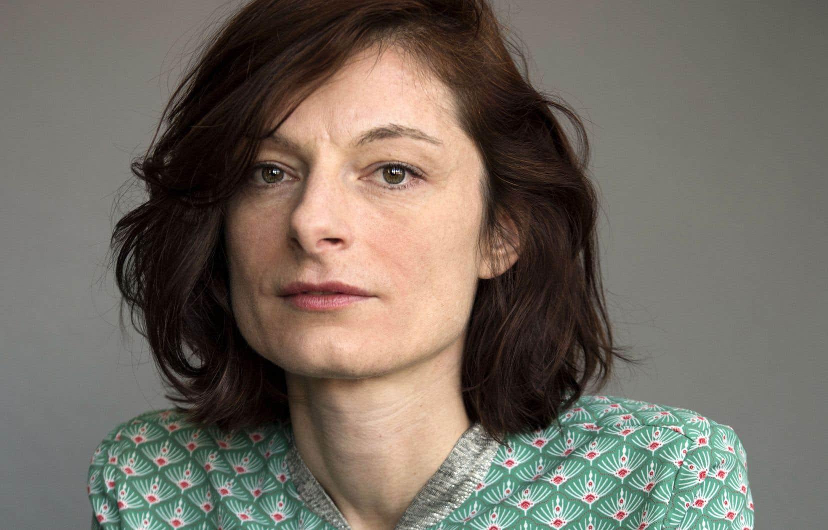Le livre de Céline Huyghebaert se situe à mi-chemin entre le récit autobiographique, l'enquête journalistique et le journal intime.