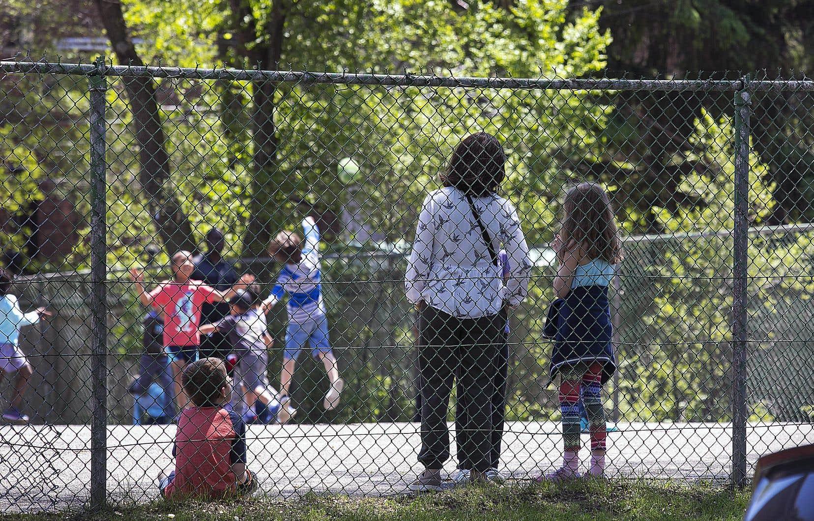 Le ministre de l'Éducation demande aux commissions scolaires d'offrir deux «périodes de détente» de 20 minutes par jour pour permettre aux enfants d'aller jouer dehors.
