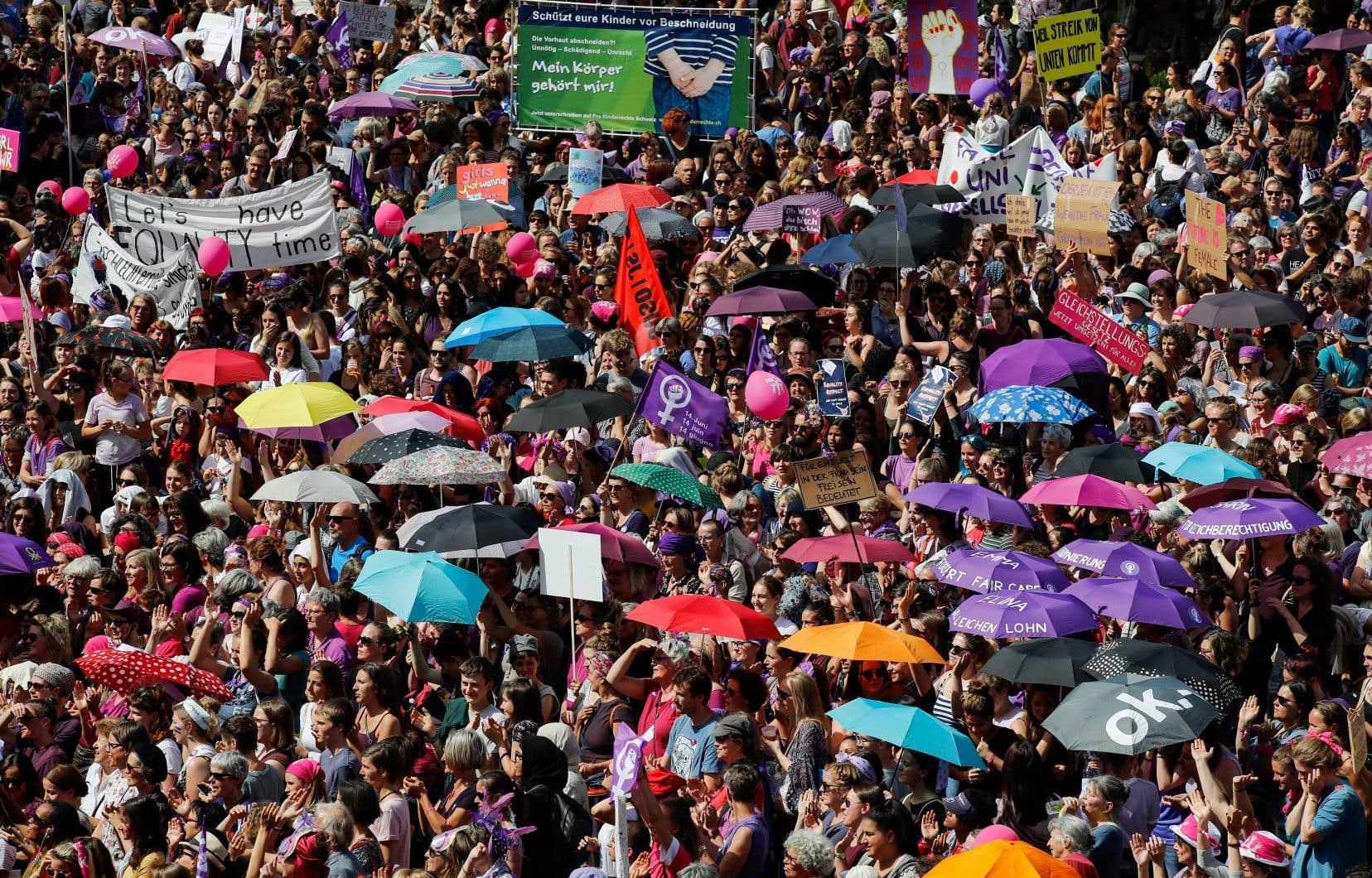 <p>Des milliers et des milliers de manifestantes vêtues de violetse sont mobilisées vendredi en Suisse pour défendre leurs droits et réclamer l'égalité salariale.</p>