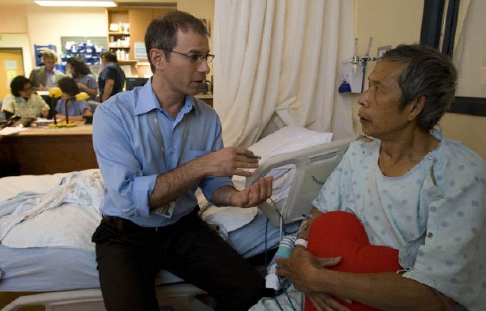 John Marsala, infirmier clinicien spécialisé en cardiologie à l'Hôpital général juif de Montréal, avec un patient qui relève d'une opération.<br />