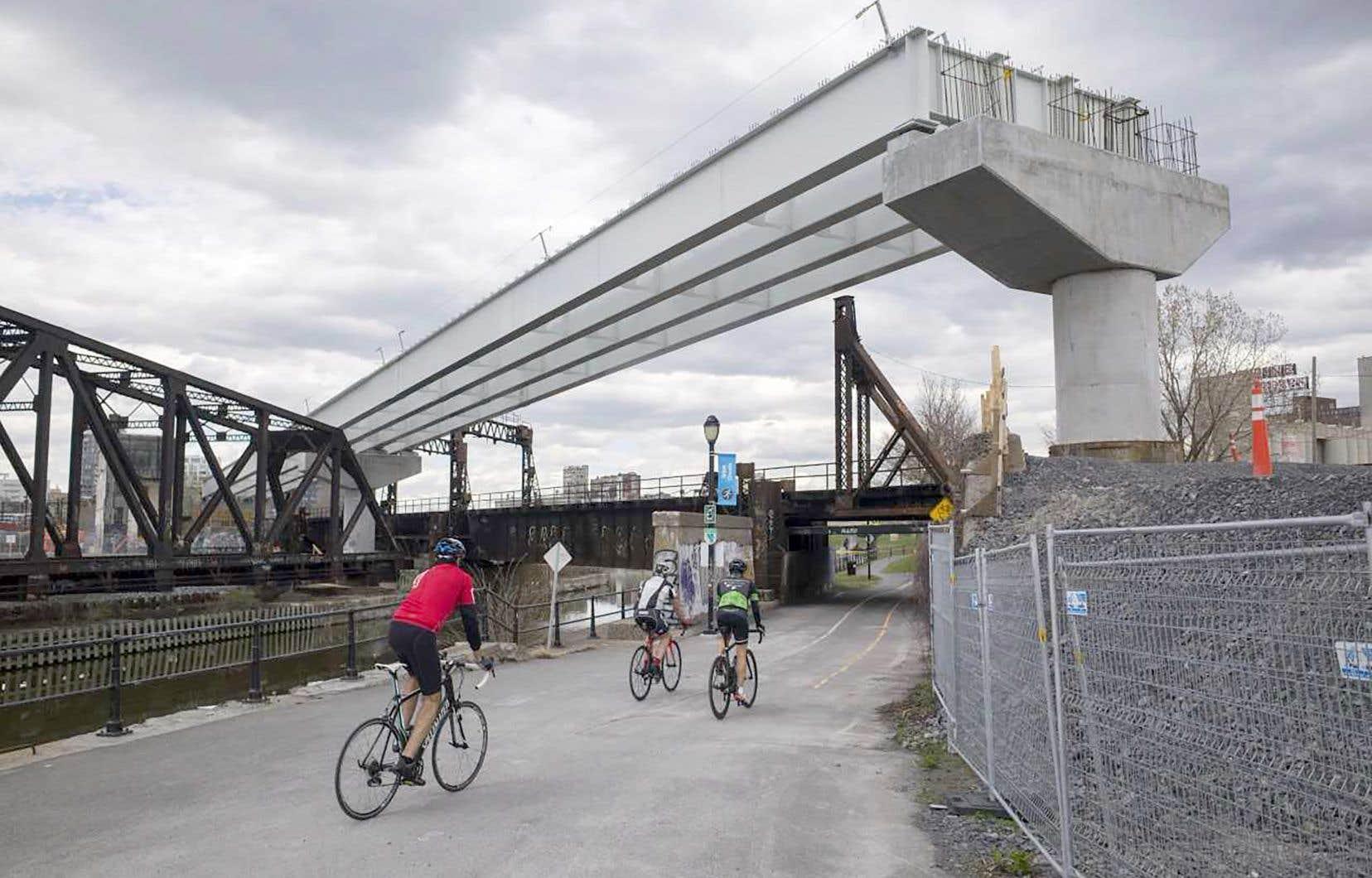 Exemple de partenariat entre les secteurs public et privé, la construction du Réseau express métropolitain (REM) est financée à hauteur de 2,9milliards par la Caisse de dépôt et placement du Québec, de 1,3milliard par le gouvernement du Québec et de 1,3milliard par le gouvernement du Canada.