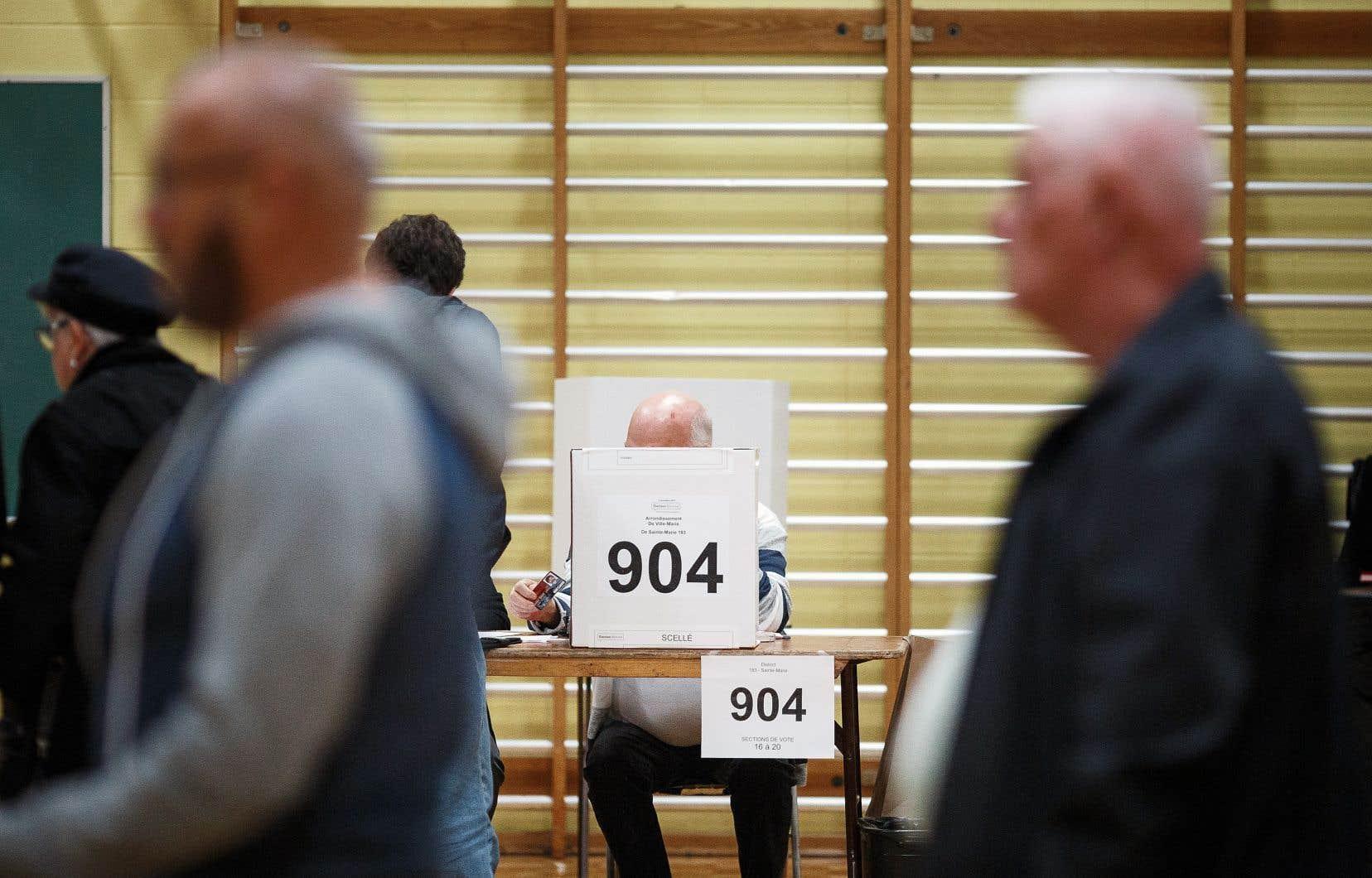 Le premier ministre François Legault et la CAQ ont pris l'engagement d'agir pour que les prochaines élections se fassent selon un mode de scrutin mixte compensatoire régional.