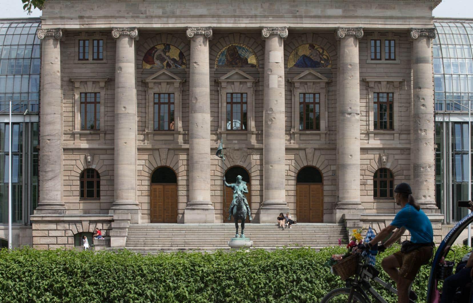 Une vue arrière de la chancellerie de Bavière occupe un immeuble de la fin du XIXe siècle conçu pour accueillir le musée de l'armée royale. La Façade dont les ailes ont été reconstruites en verre se déploie sur 160m.
