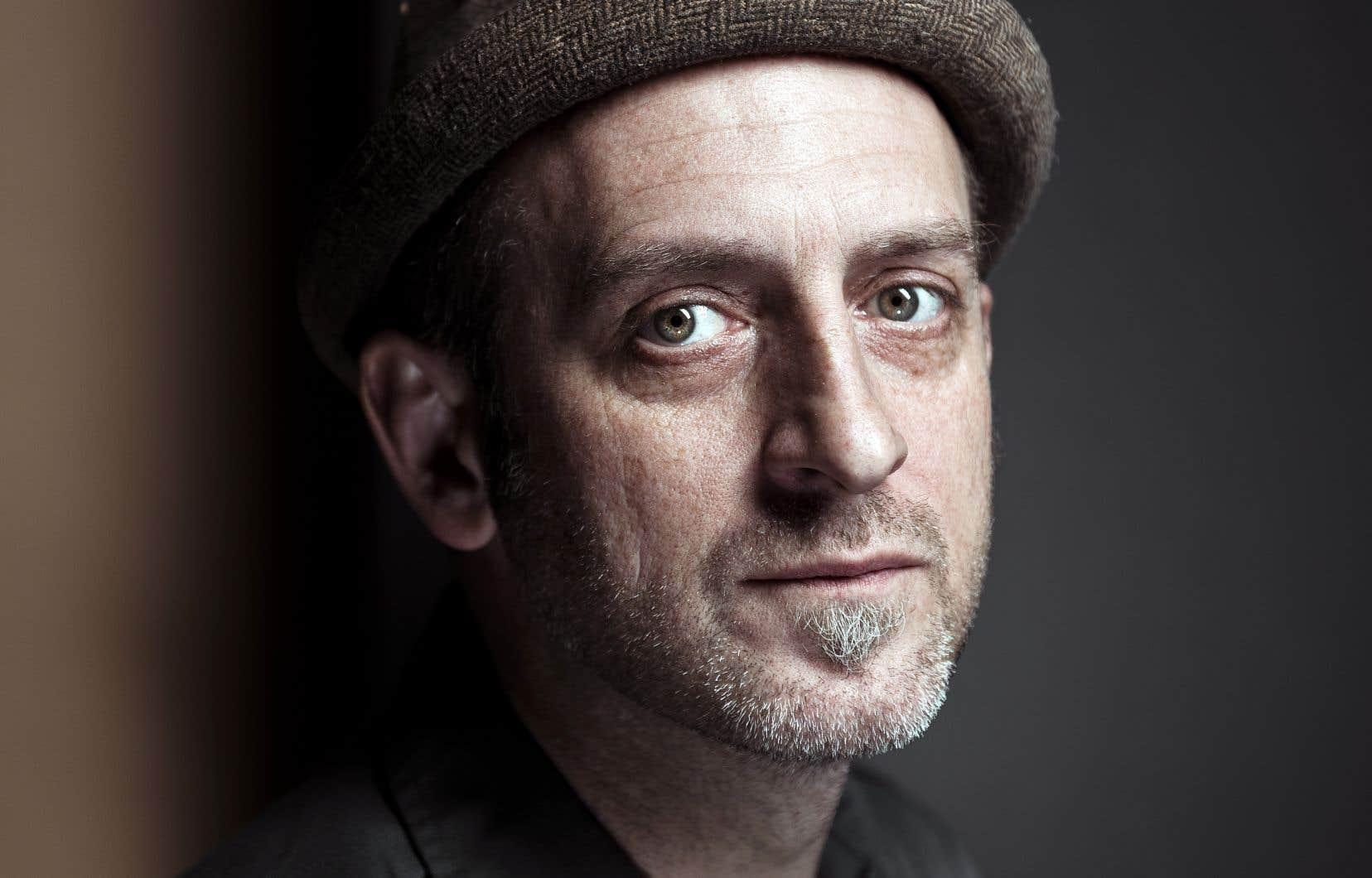 La chanson folk-rock de Juste Robert trace un parcours sinueux à travers des traditions musicales diversifiées, tantôt donnant dans le fuzz-rock, tantôt dans la vieille chanson française.