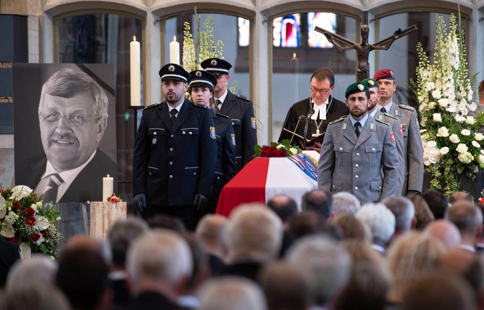 Walter Lübcke, 65 ans, a été retrouvé mort le 2 juin sur la terrasse de sa maison à Wolfhagen, dans la banlieue de Kassel. Il avait reçu une balle tirée à bout portant. Ses funérailles ont été célébrées le 13 juin dernier.