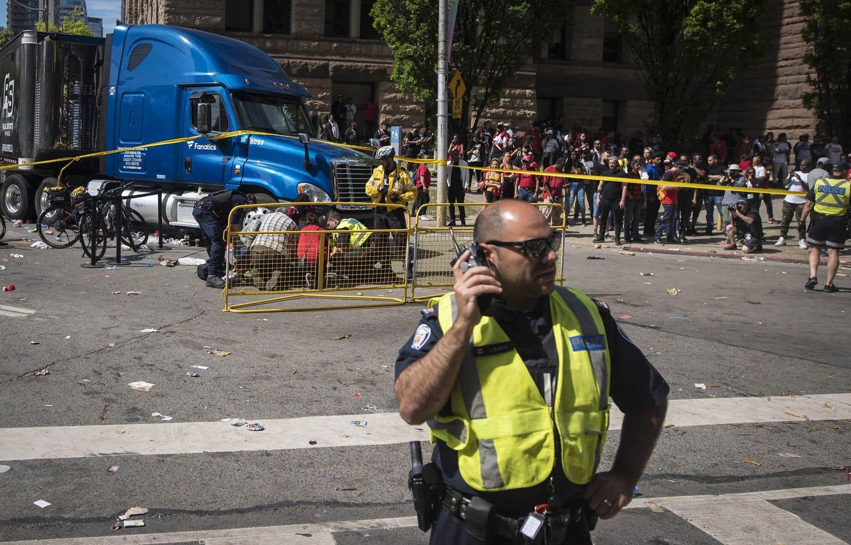 Des premiers répondants ont porté secours à une victime blessée par des coups de feu lors de la fête des Raptors.