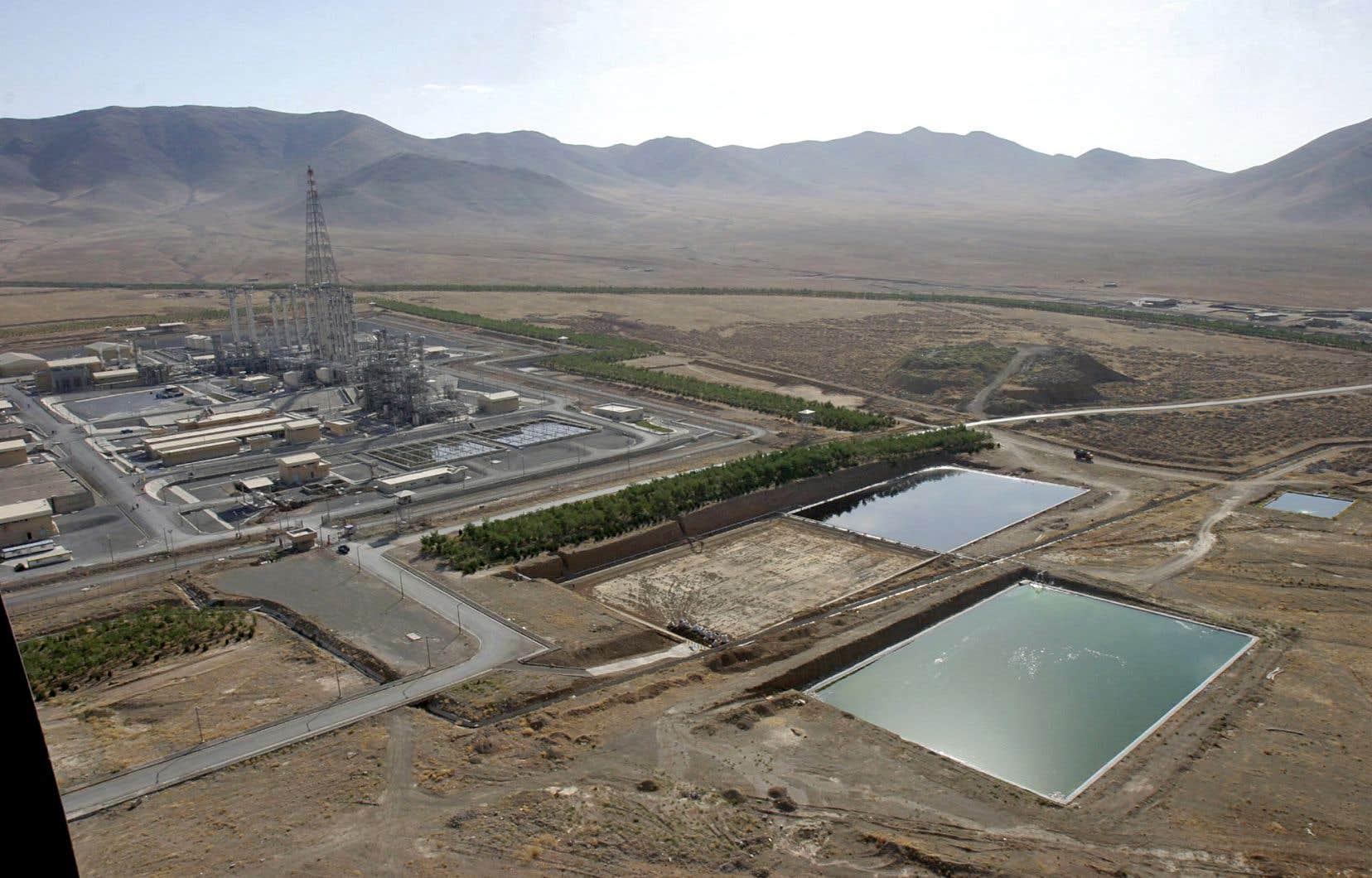 Le président de l'Iran, Hassan Rohani, menace de poursuivre la construction d'un réacteur à eau lourde à Arak, près de la capitale Théréran. Le projet avait été mis en veille conformément à l'accord de Vienne.
