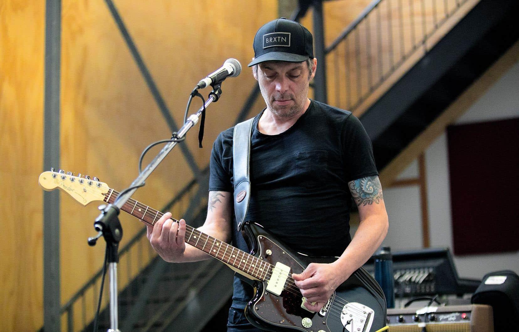 En spectacle, l'artiste ne gardera du nouvel album que les chansons qui trouvent leur place dans le plan d'attaque.