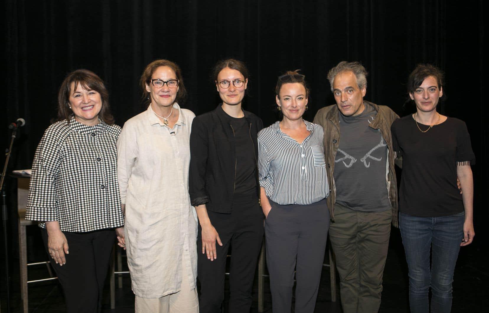 De gauche à droite: la soprano Chantal Lambert, la directrice d'Espace Go, Ginette Noiseux, la metteuse en scène Solène Paré, les comédiens Pascale Bussières et Jean-François Casabonne, et l'auteure Alexia Bürger