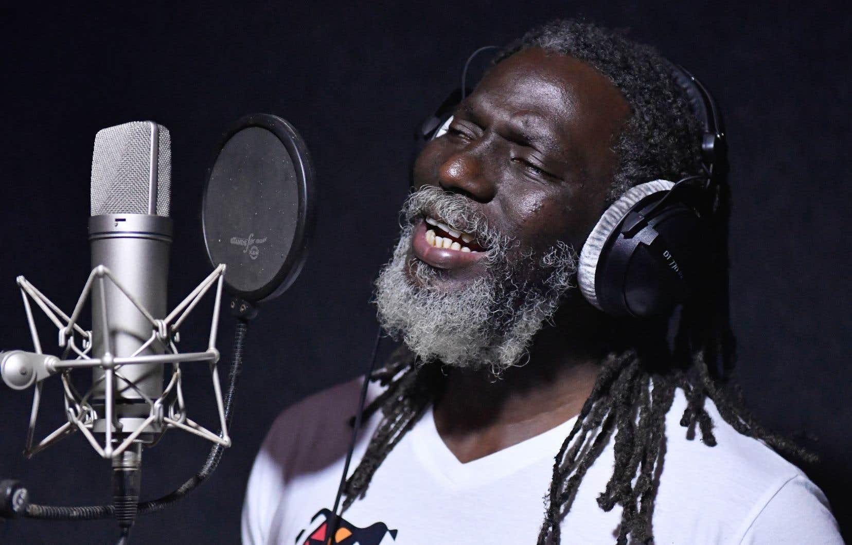 Tiken Jah Fakoly déplore, sur «Le monde est chaud», aux sonorités africaines et reggae, que le monde soit en proie à des dérèglements catastrophiques, face auxquels il ne peut être que simple spectateur.